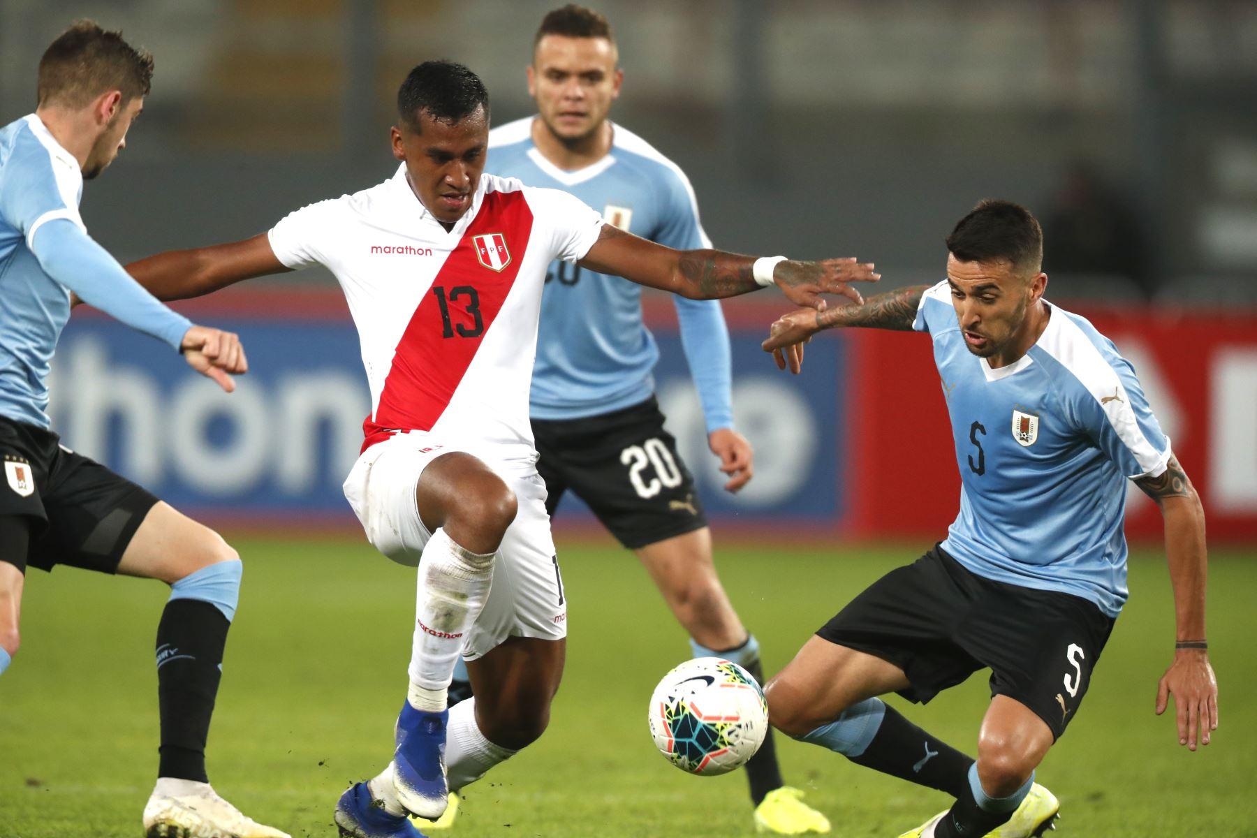 Renato Tapia de Perú disputa la pelota con Matías Vecino de Uruguay durante el partido amistoso en el que Perú empato 1-1, Estadio Nacional de Lima. Foto: ANDINA/ Carlos Lezama