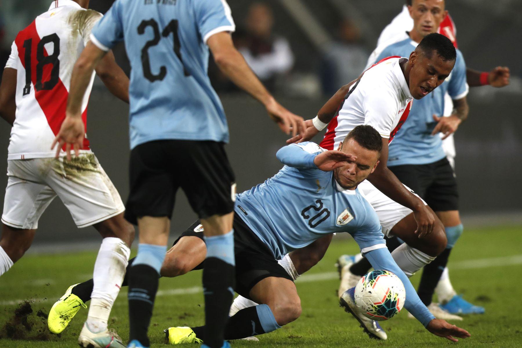 La selección peruana empató a un gol con su similar de Uruguay en el partido amistoso jugado esta noche en el estadio Nacional de Lima.Foto:ANDINA/ Carlos Lezama
