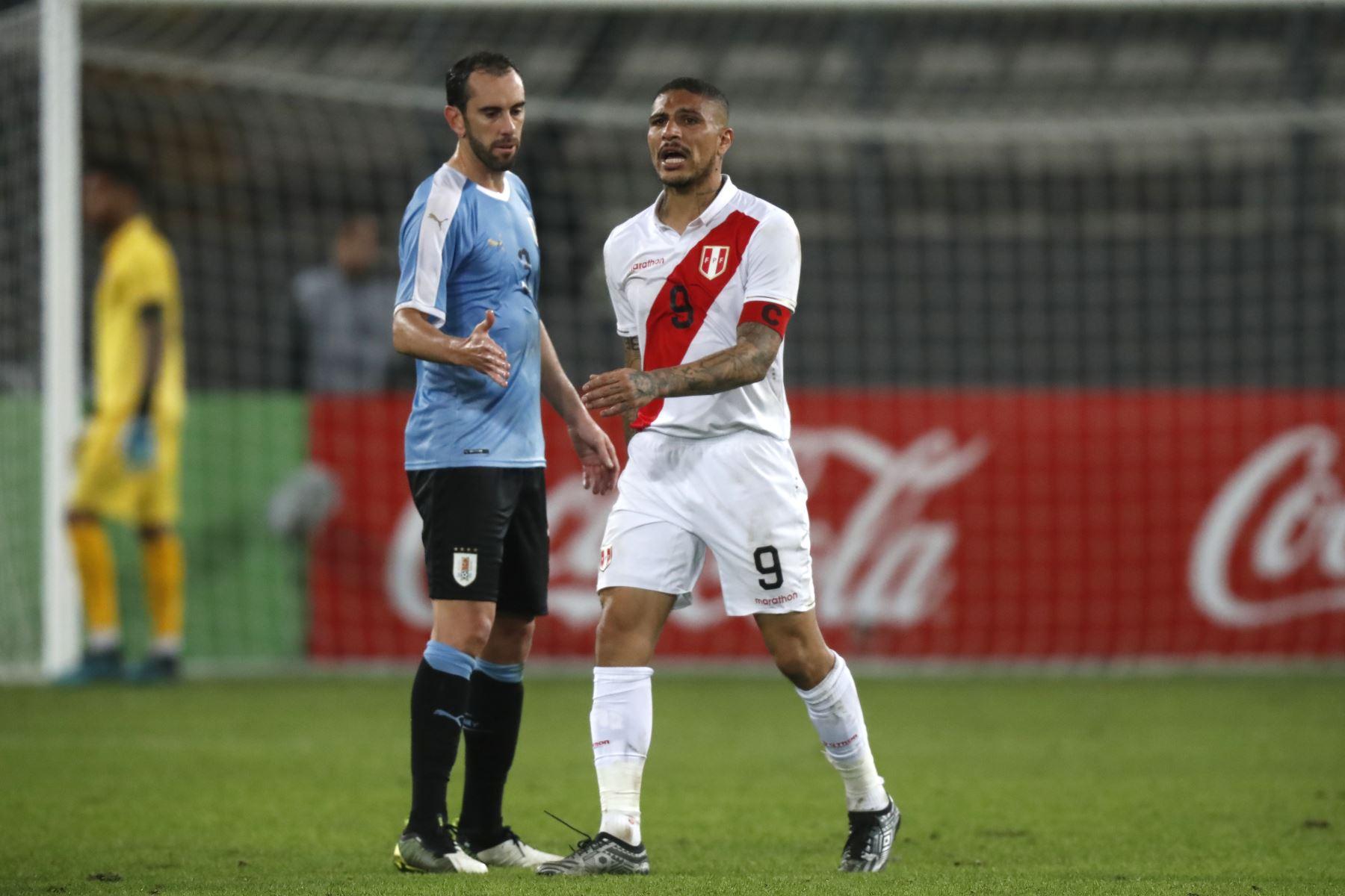 Paolo Guerrero de Perú y Diego Godin de Uruguay durante el partido amistoso en el que Perú empató 1-1, Estadio Nacional de Lima. Foto: ANDINA/ Carlos Lezama