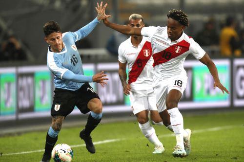 ndré Carrillo de Perú disputa la pelota con Brian Rodríguez de Uruguay durante el partido amistoso en el Estadio Nacional de Lima. Foto: ANDINA/ Carlos Lezama