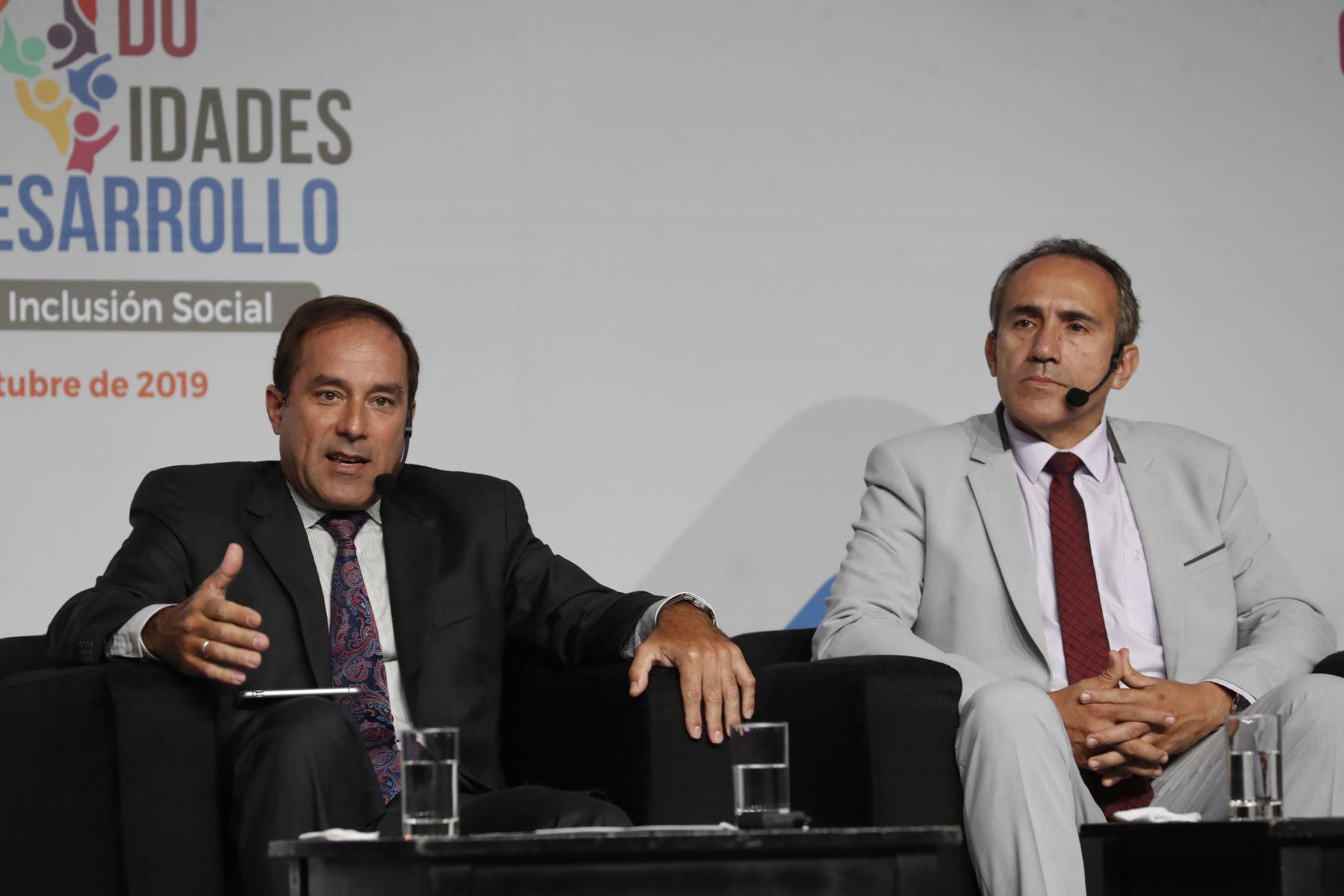 Roberto Vélez, director general de Políticas y Regulación en Construcción y Saneamiento del MTC y  Carlos Estremadoyro, viceministro de Transportes. Foto: ANDINA/Renato Pajuelo