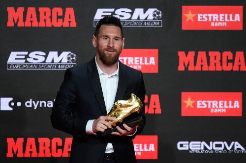 El delantero del FC Barcelona Lionel Messi posa tras recibir la Bota de Oro