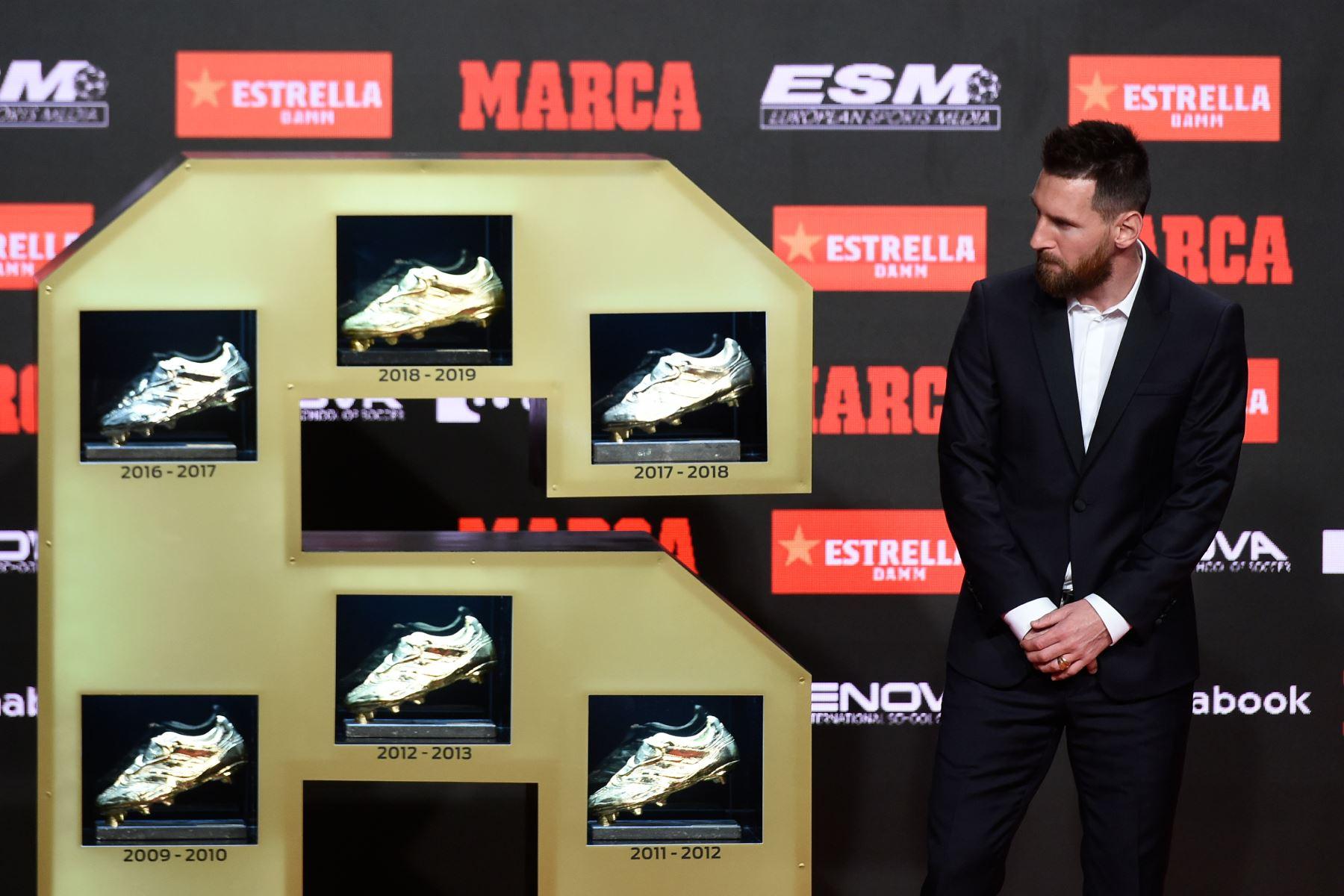 El delantero del FC Barcelona Lionel Messi posa tras recibir la Bota de Oro que le acredita como el máximo goleador de las ligas europeas de la temporada 2018-19, la sexta de su carrera. Foto: AFP