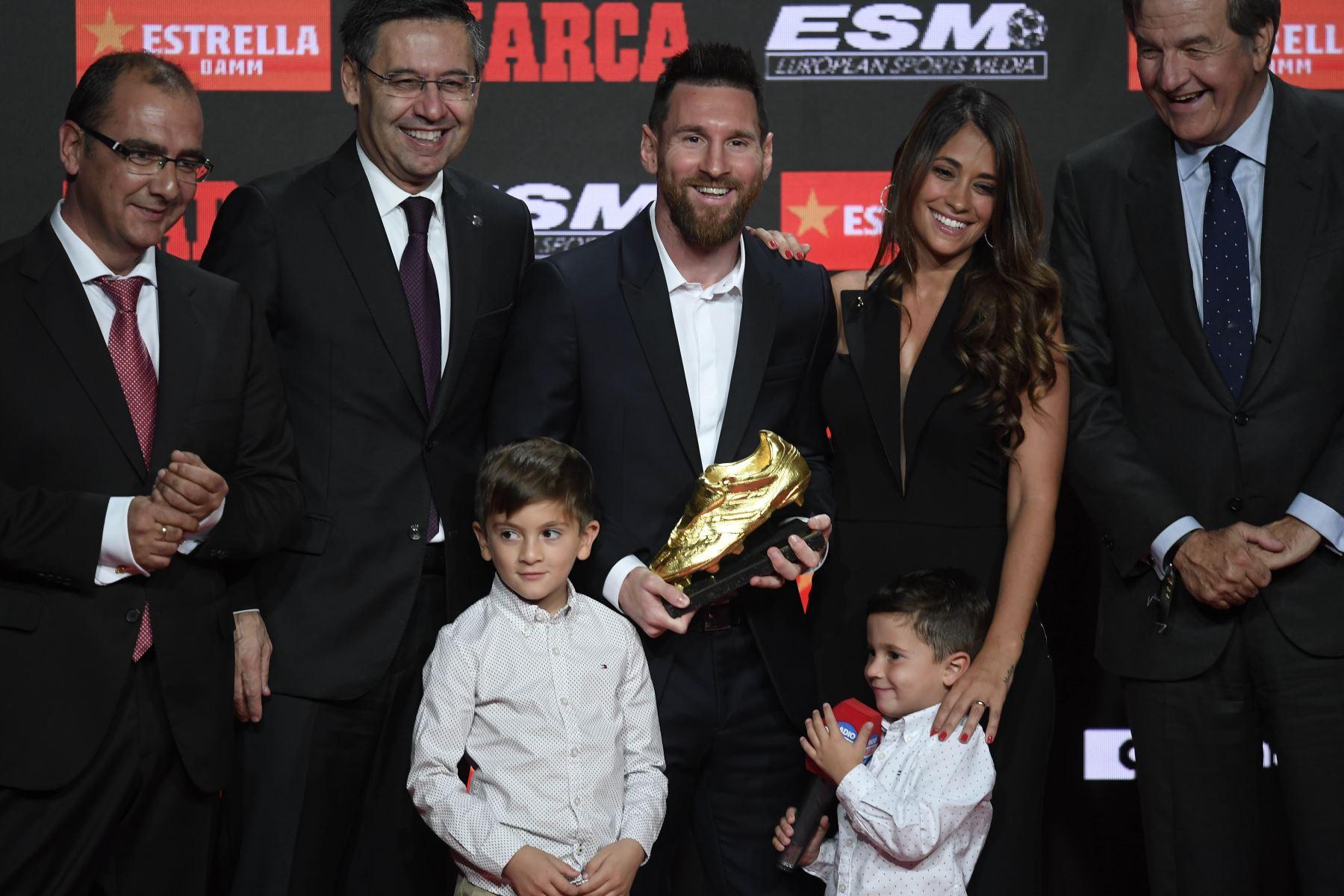 El delantero del FC Barcelona Lionel Messi posa junto a su esposa Antonella Roccuzzo y dos de sus hijos, tras recibir la Bota de Oro que le acredita como el máximo goleador. Foto: AFP