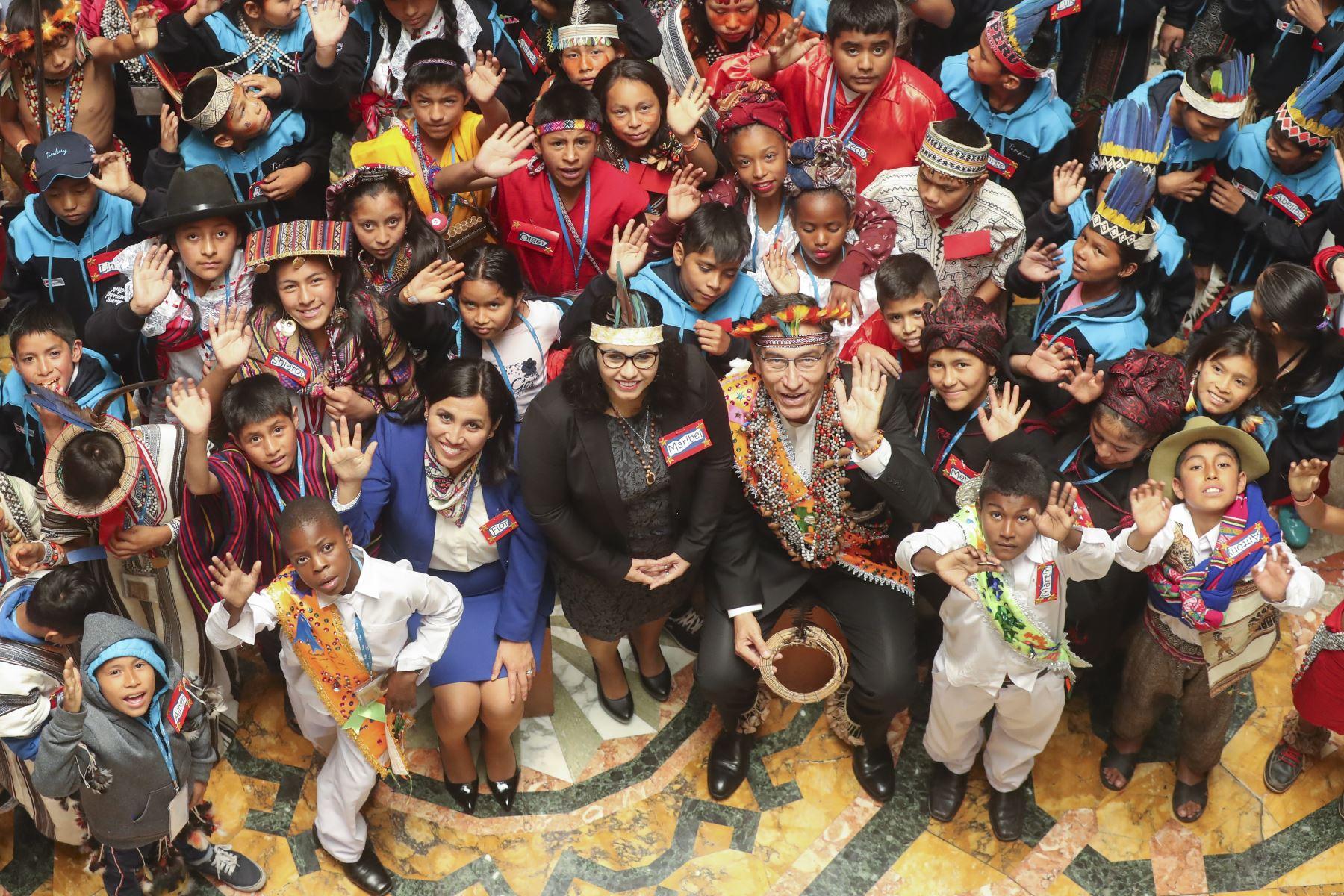Presidente de la República Martín Vizcarra junto a la Primera Dama saludan a los participantes del VIII Encuentro nacional de niños y niñas de pueblos originarios, afroperuanos y de otras tradiciones culturales del Perú, participantes del Tinkuy 2019. Foto: ANDINA/ Prensa Presidencia