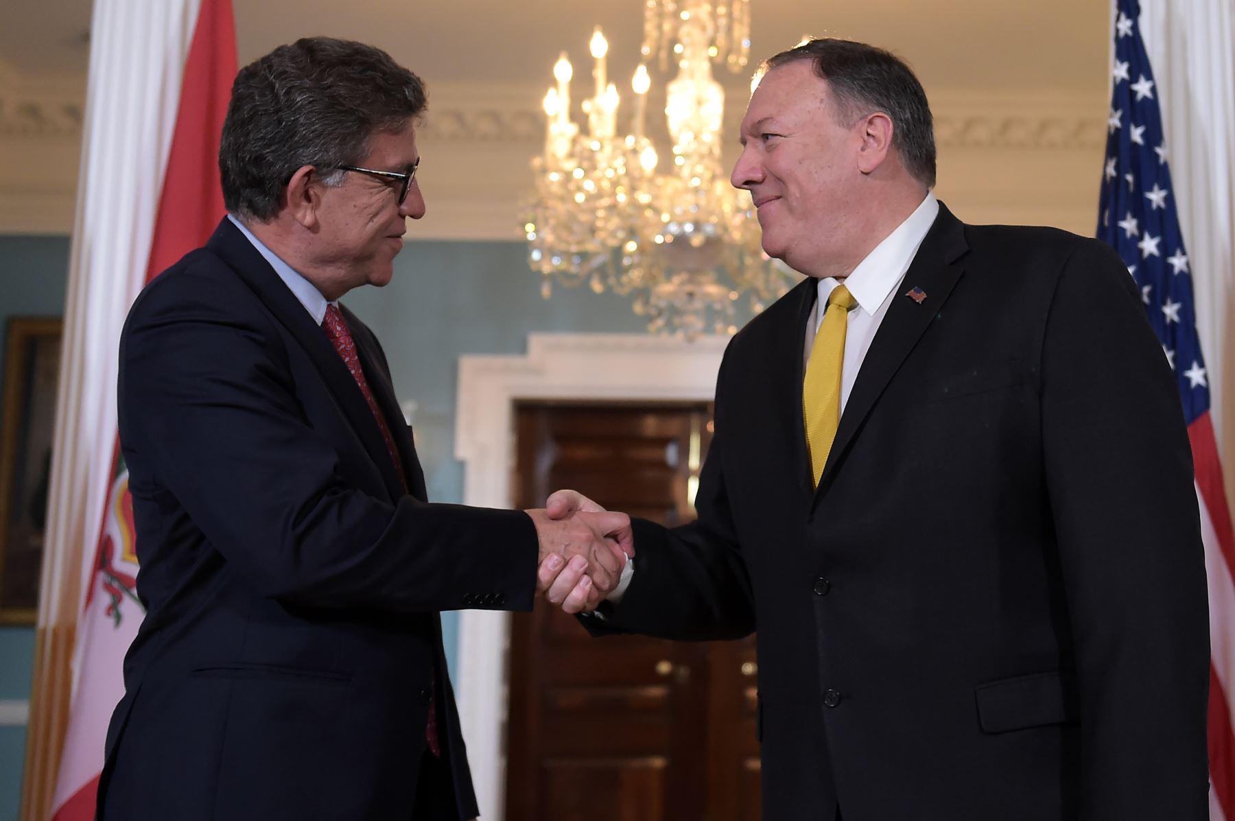El Secretario de Estado de los Estados Unidos, Mike Pompeo  se reúne con el Ministro de Relaciones Exteriores de Perú, Gustavo Meza-Cuadra, en el Departamento de Estado en Washington DC.Foto: AFP