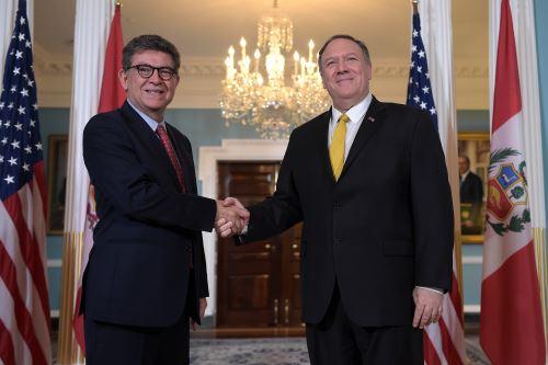 El secretario de Estado de Estados Unidos, Mike Pompeo, se reúne con el ministro de Relaciones Exteriores de Perú, Gustavo Meza-Cuadra, en Washington D. C.