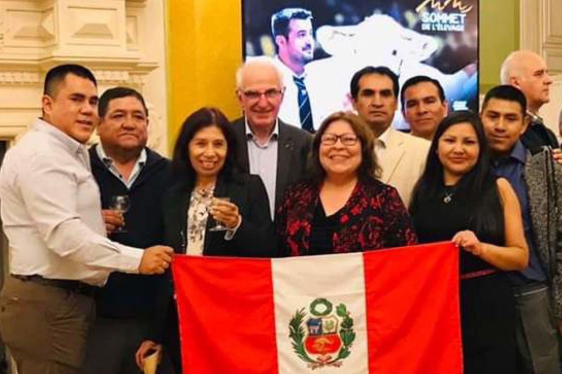 Cinco empresarios del sector lácteos y carnes de la región Arequipa participaron en la feria internacional Sommet de L'Élevage en Francia.
