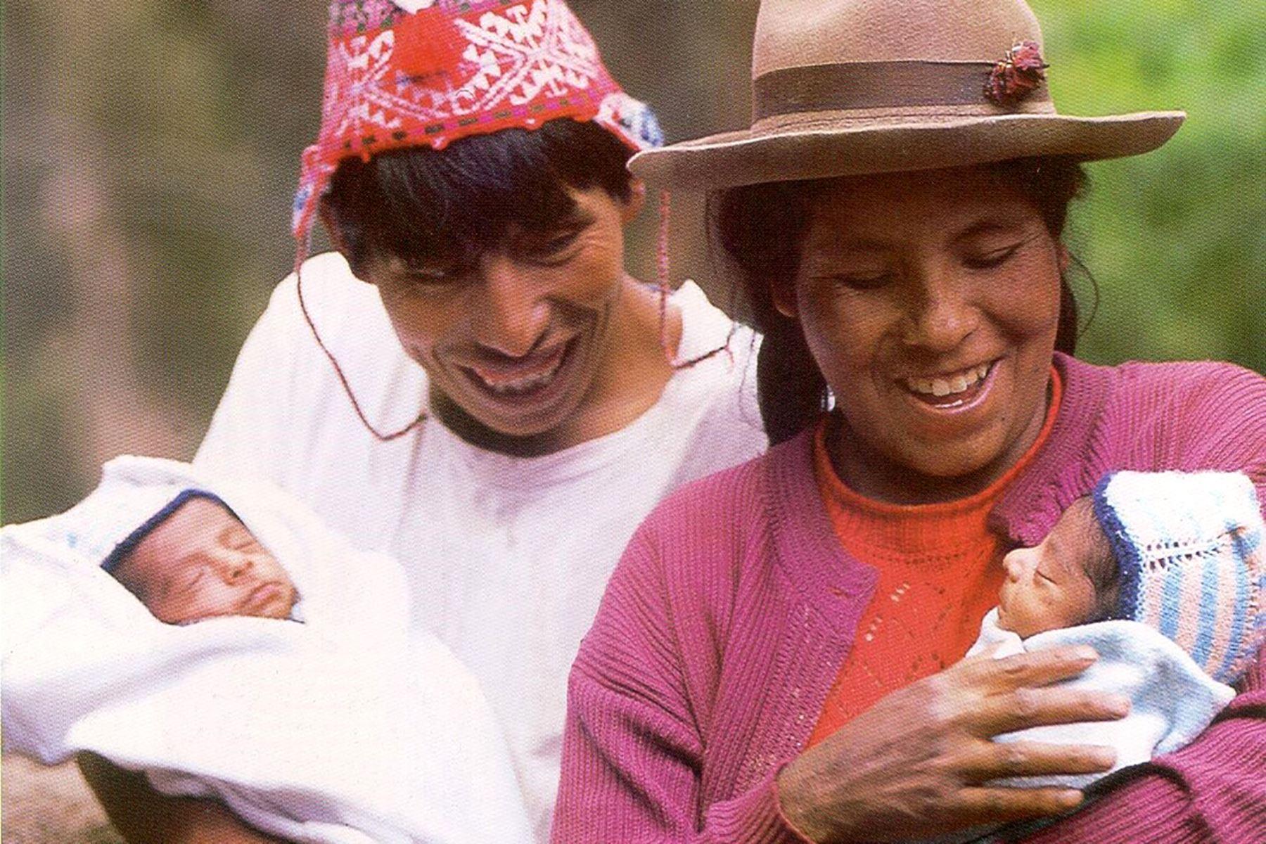 La familia Suttaraura, cuando Josué Abdías y Josué Abraham, sus hijos gemelos recién había nacido hace 20 años y hoy son jóvenes saludables. Foto: ANDINA/Difusión
