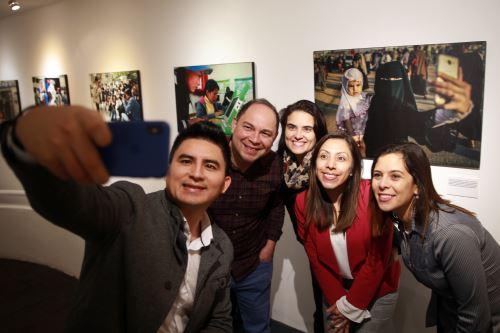 """Presentan exposición fotográfica """"Cómo internet ha cambiado el mundo"""""""
