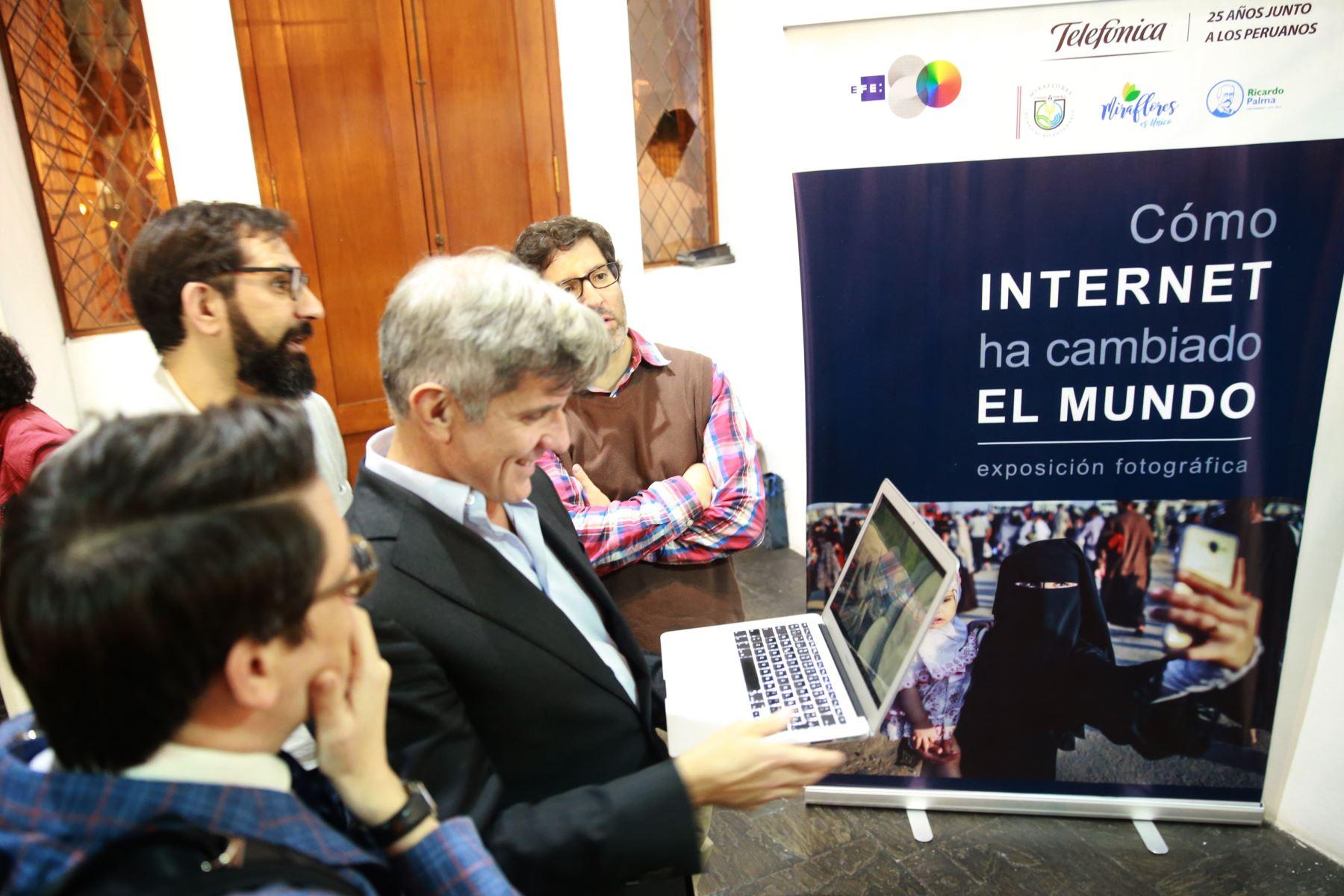 """Manuel Fuentes Garcia, Director General Sudamerica de Efe, durante la exposición fotográfica de la Agencia Internacional EFE y  Telefónica del Perú: """"Como internet ha cambiado el mundo"""", en la la galería El Reducto de Miraflores. Foto: ANDINA/Jhony Laurente"""