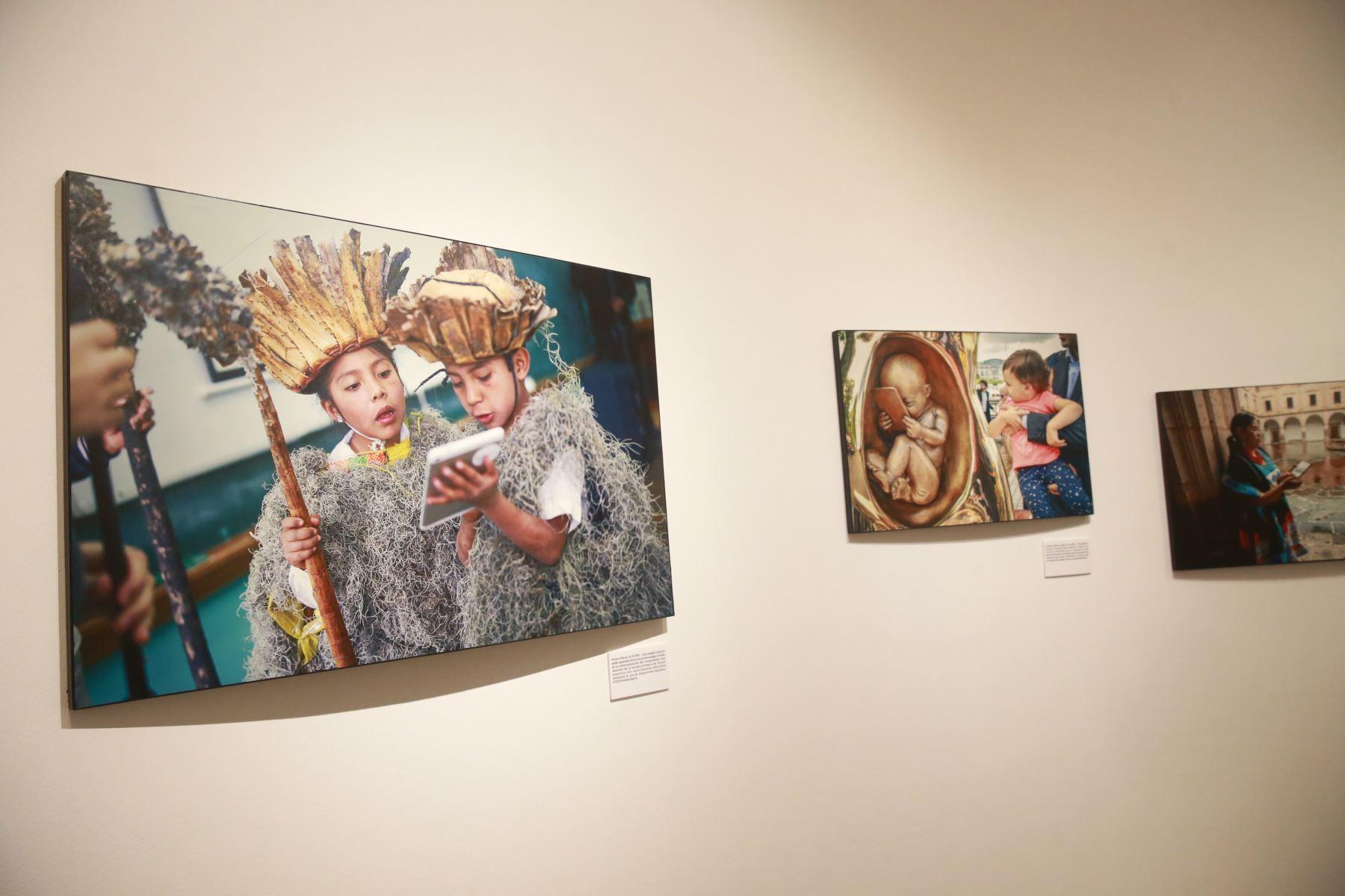 """Exposición fotográfica de la Agencia Internacional EFE y  Telefónica del Perú: """"Como internet ha cambiado el mundo"""", en la la galería El Reducto de Miraflores. Foto: ANDINA/Jhony Laurente"""