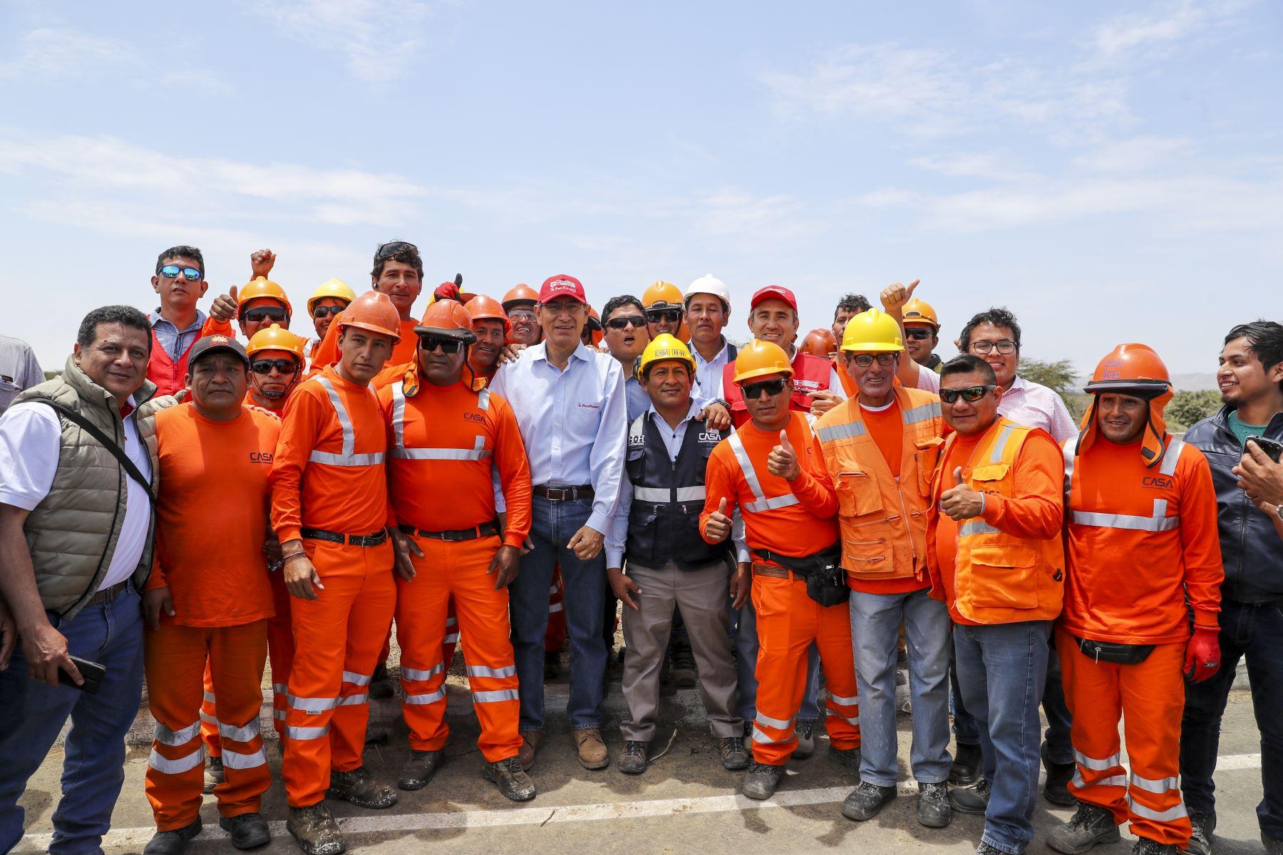 Jefe de Estado, Martín Vizcarra, supervisa obras de rehabilitación de los tramos Dv. Bayóvar – Sechura, Dv Sechura – Terminal Bayóvar en Piura. Foto: ANDINA/Prensa Presidencia