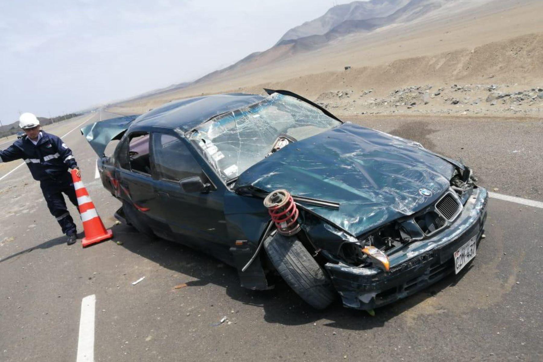 Accidente en la carretera Panamericana Norte protagonizado por el vehículo de placa C2M-437 dejó dos fallecidos y dos heridos.