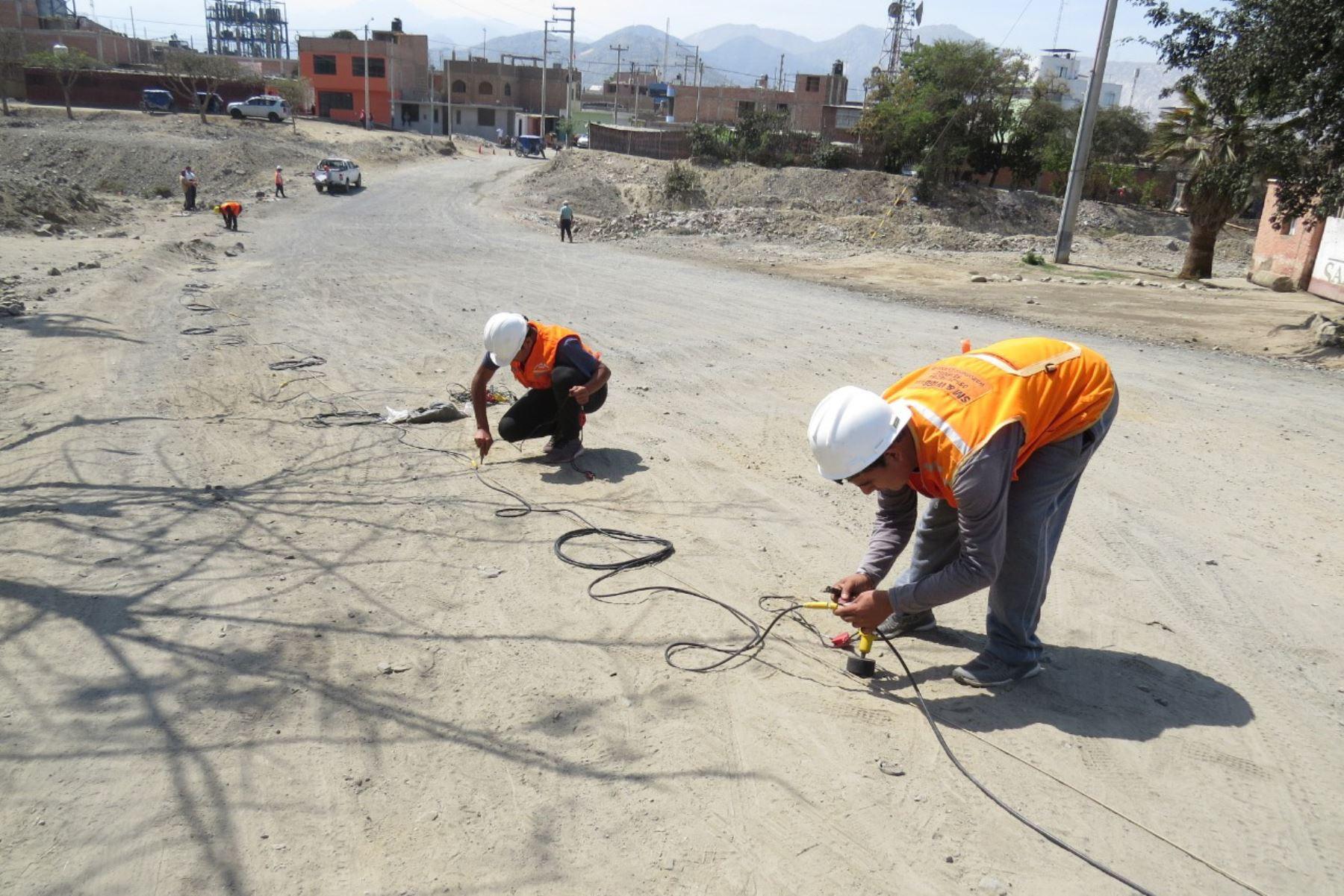 Especialistas efectúan el segundo estudio geofísico en el terreno donde se proyecta construir el nuevo puente Solivín, en la región Áncash. Foto: ANDINA/Gonzalo Horna