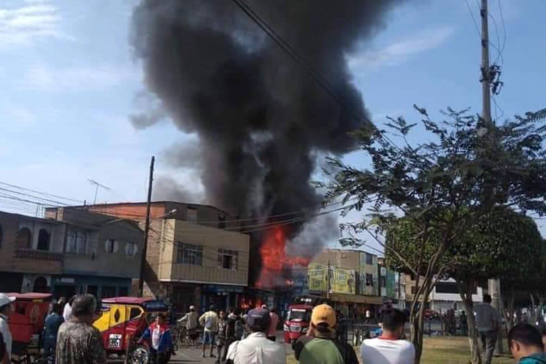 Incendio afecta decenas de puestos en mercado La Cachina, de Chimbote. Foto: Chimbote al Día/Facebook.