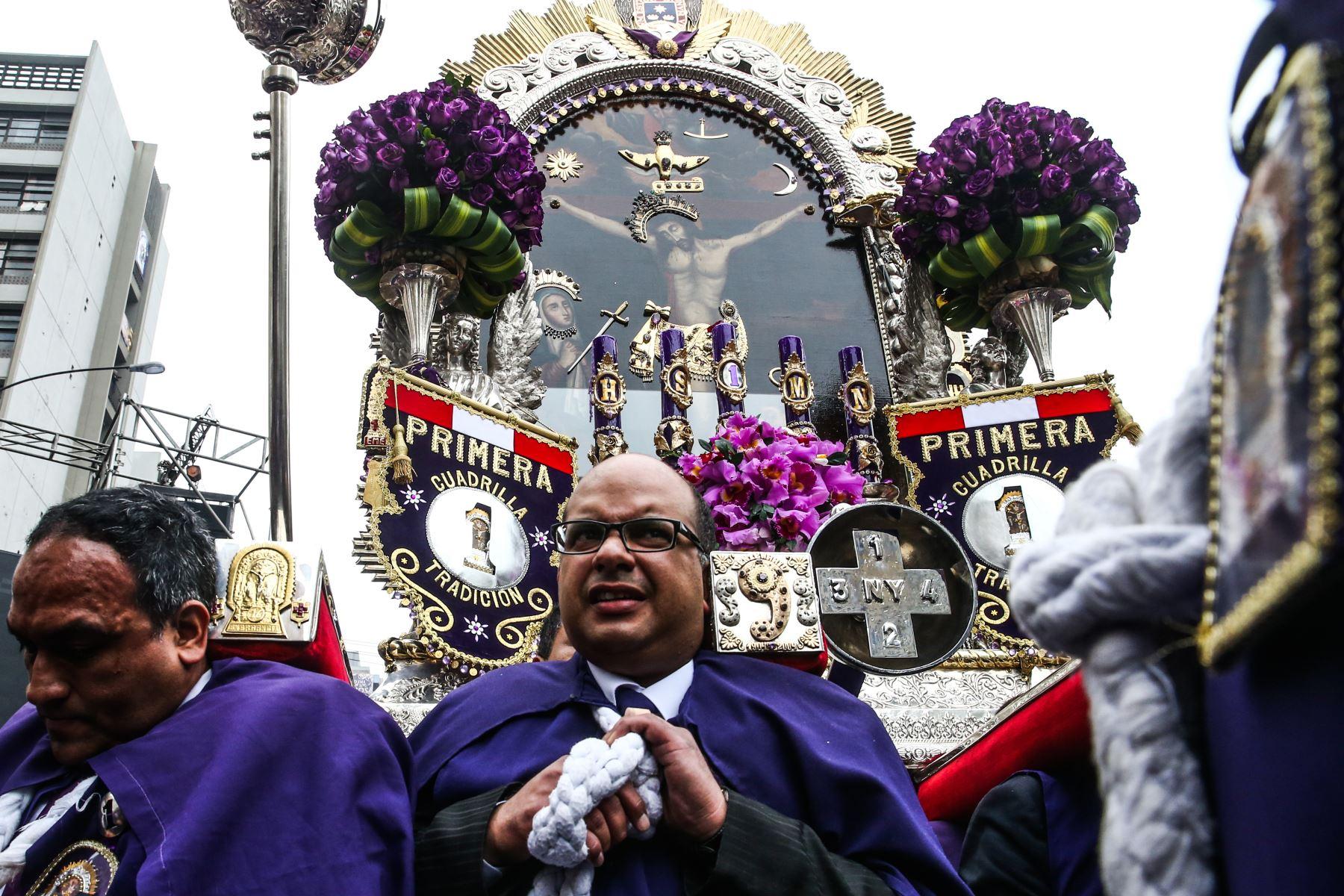 En medio de un mar de fieles, la venerada imagen del Señor de los Milagros salió del convento de las hermanas Nazarenas, en el Centro de Lima, en su segunda procesión del año. Foto: ANDINA/Vidal Tarqui