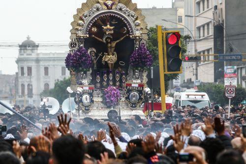 La venerada imagen del Señor de los Milagros sale del convento de las Nazarenas