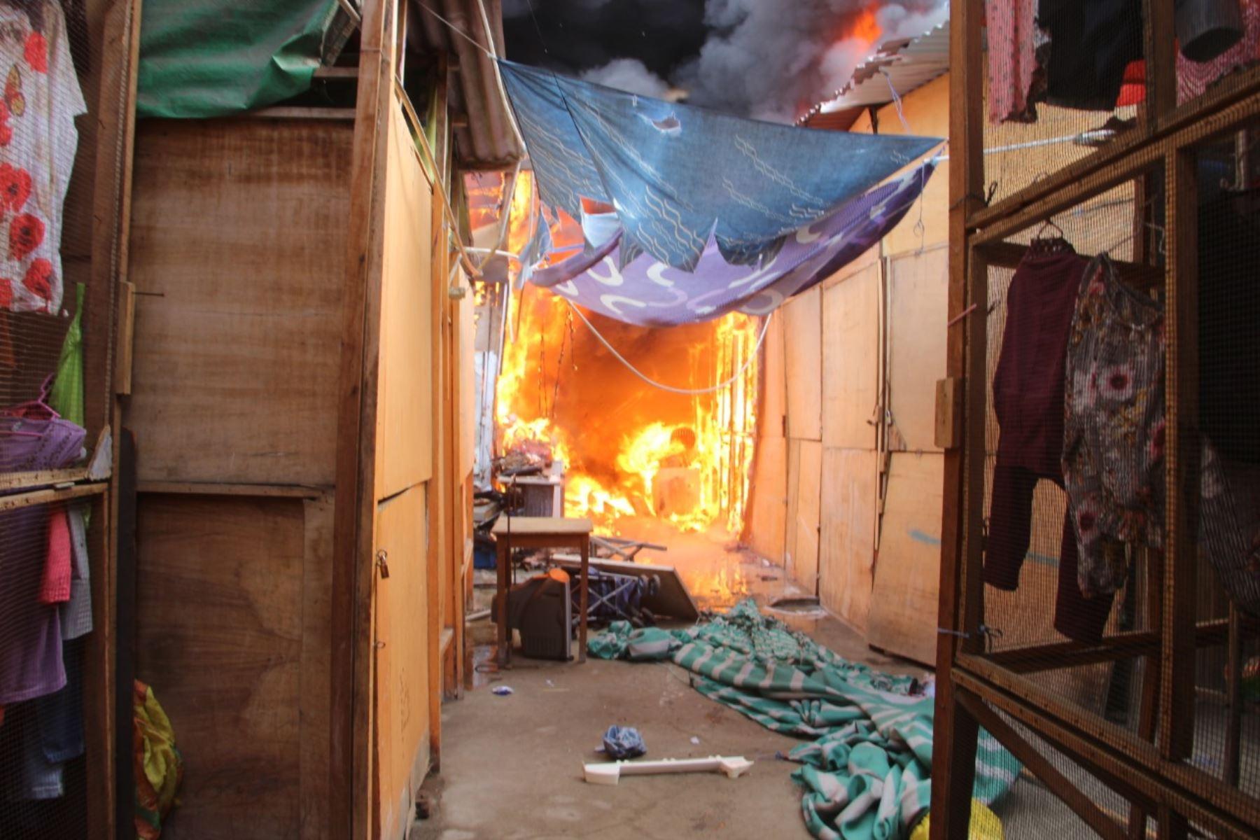 """Bomberos luchan contra el incendio que consume varios puestos del mercado informal """"La cachina"""" de Chimbote. Foto: Gonzalo Horna"""