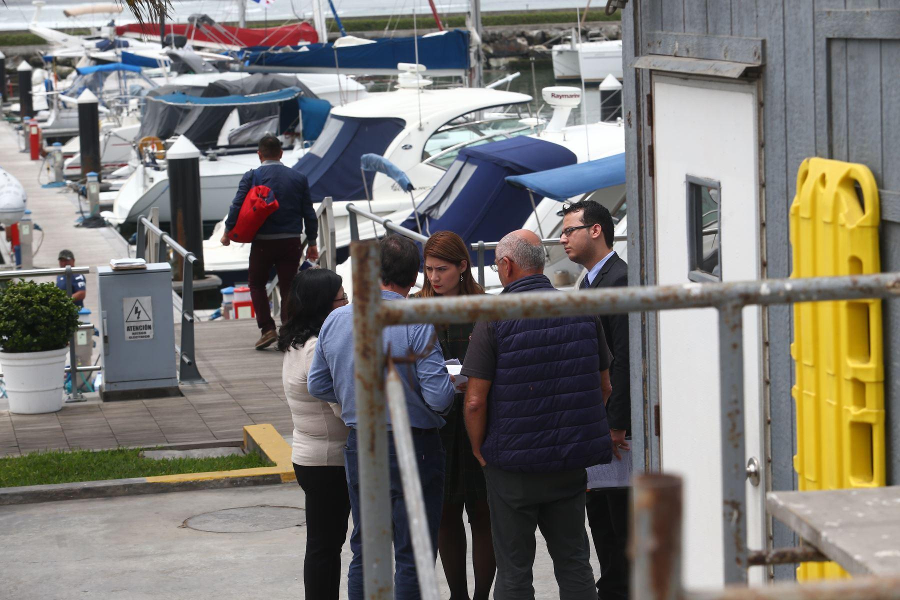 Miembros del despacho del fiscal José Domingo Pérez y de la División de Investigación de Delitos de Alta Complejidad (Diviac) realizan diligencias de inspección en el embarcadero de Alan García en el Lima Marina Club, ubicado en la Costa Verde, distrito de Chorrillos. Foto: ANDINA/ Héctor Vinces