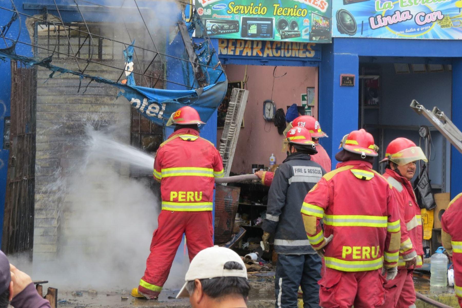 Incendio en mercado informal de Chimbote causó daños en 80 puestos en mercado y tres viviendas. Foto: Gonzalo Horna