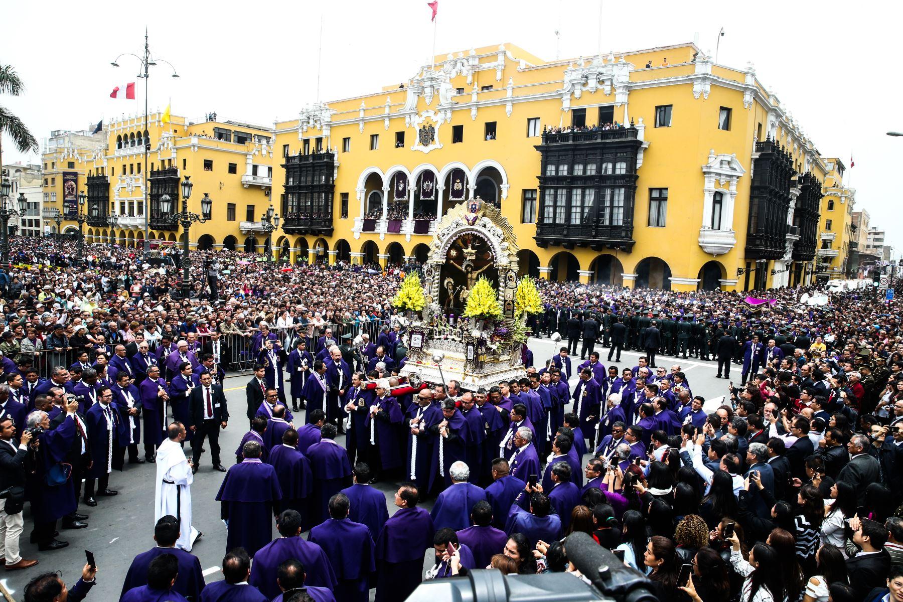 Presidente Vizcarra rindió homenaje a la sagrada imagen del Señor de los Milagros. Foto: ANDINA/Vidal Tarqui