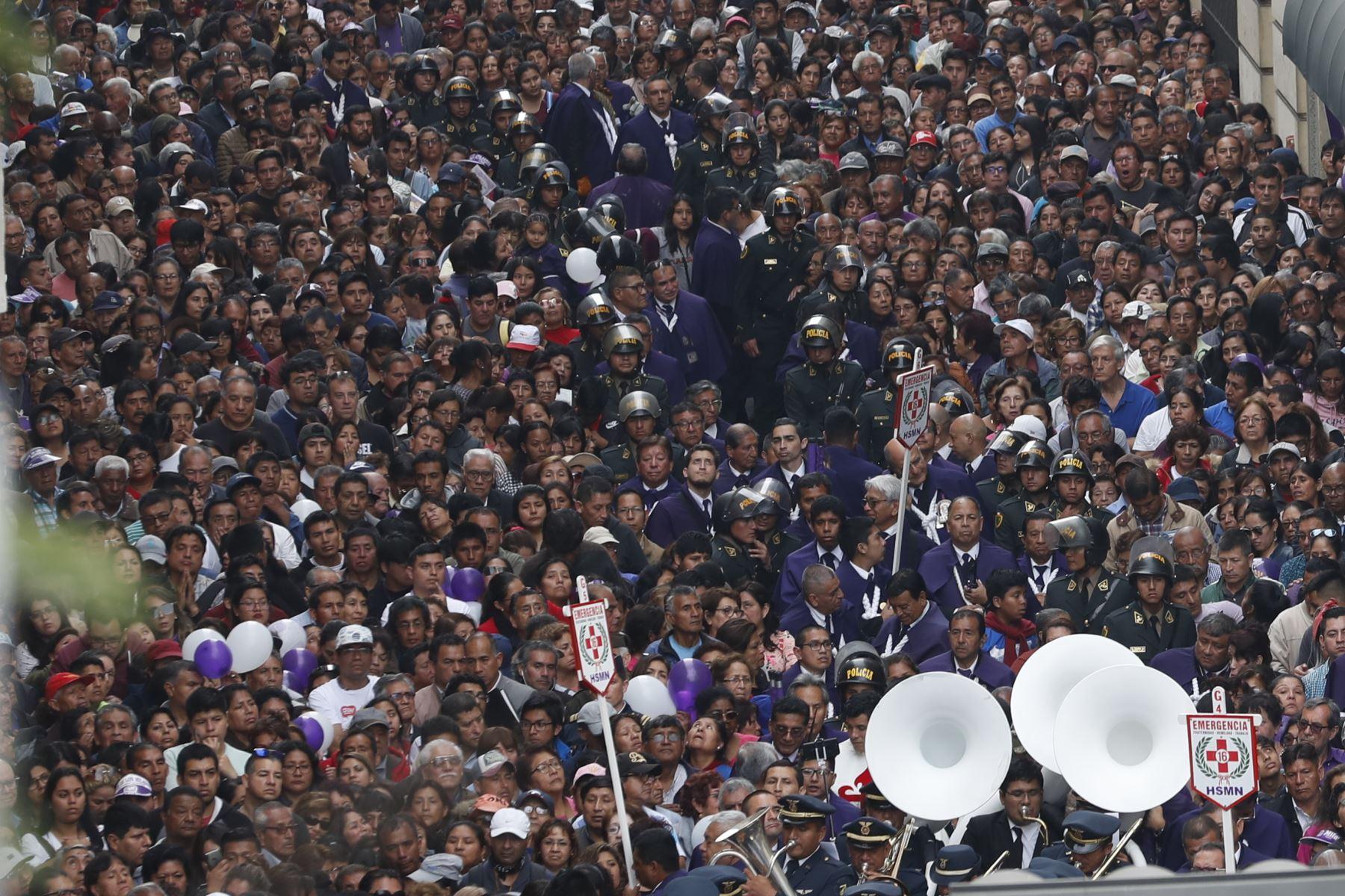 Procesión del Señor de los Milagros recorre Centro de Lima. Foto: ANDINA/Renato Pajuelo