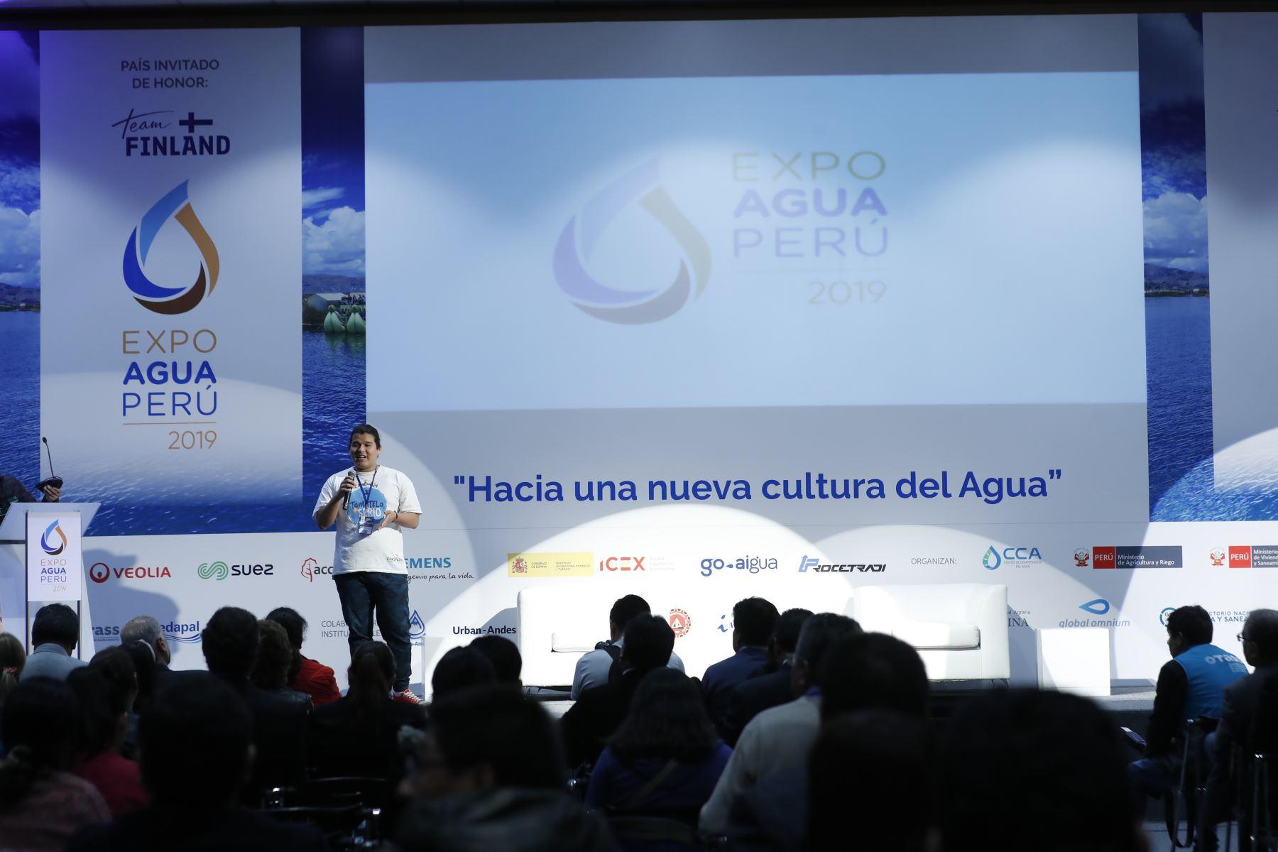Roberto Aguilar, universitario y voluntario promotor del agua recibe reconocimiento por parte del Ing. Amarildo Fernández del ANA. Foto: ANDINA/Renato Pajuelo