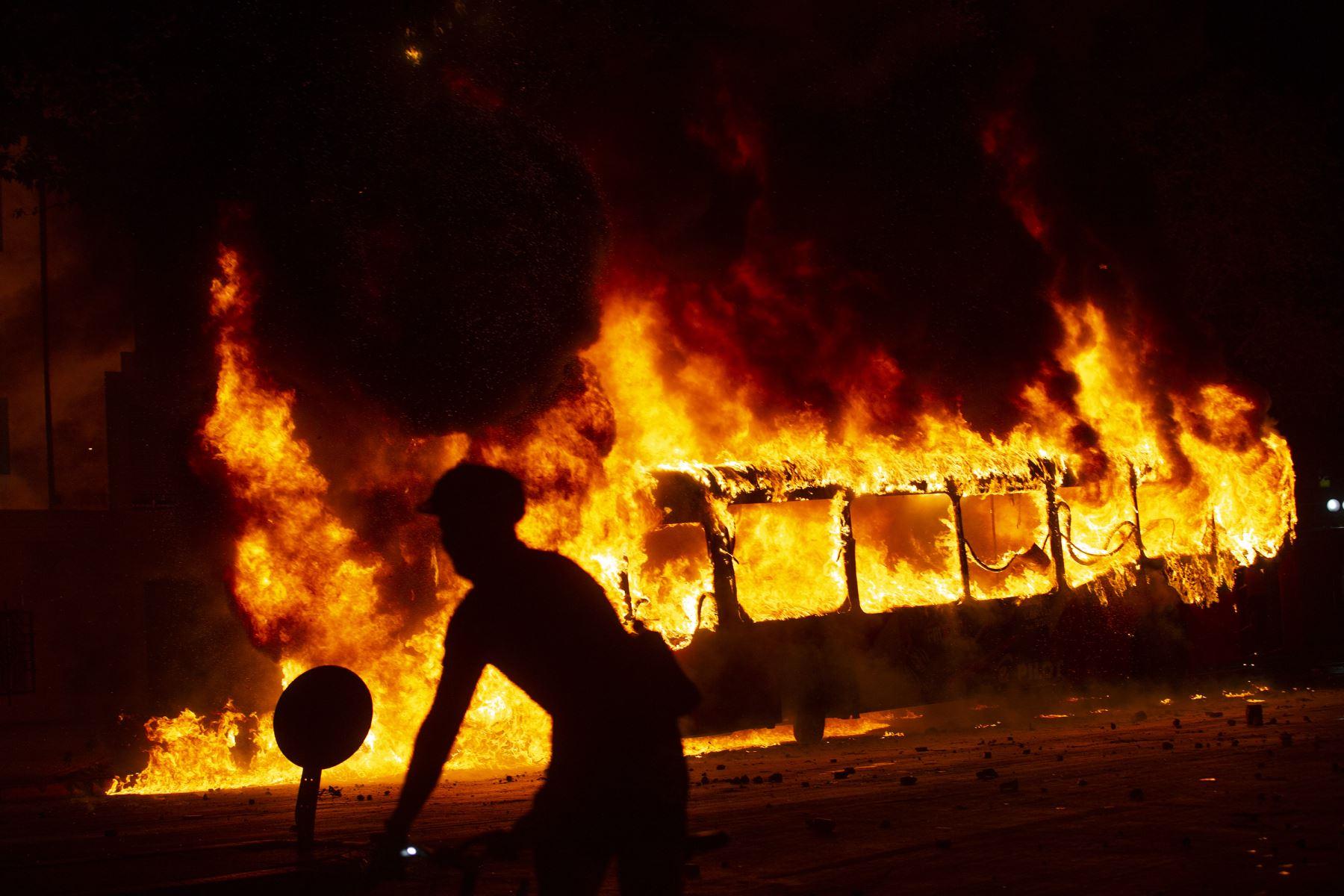 Un autobús se incendia en el centro de Santiago,  luego de una protesta masiva de evasión de tarifas. Estudiantes de escuelas y universidades se unieron a una protesta masiva de evasión de tarifas en el metro de Santiago después del aumento más alto de tarifas en los últimos años, paralizando dos de sus líneas principales. AFP