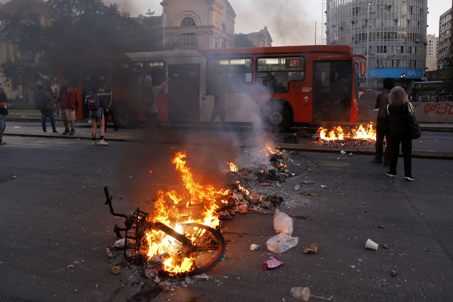 Los manifestantes establecieron barricadas después de una protesta masiva de evasión de tarifas en el centro de Santiago. AFP