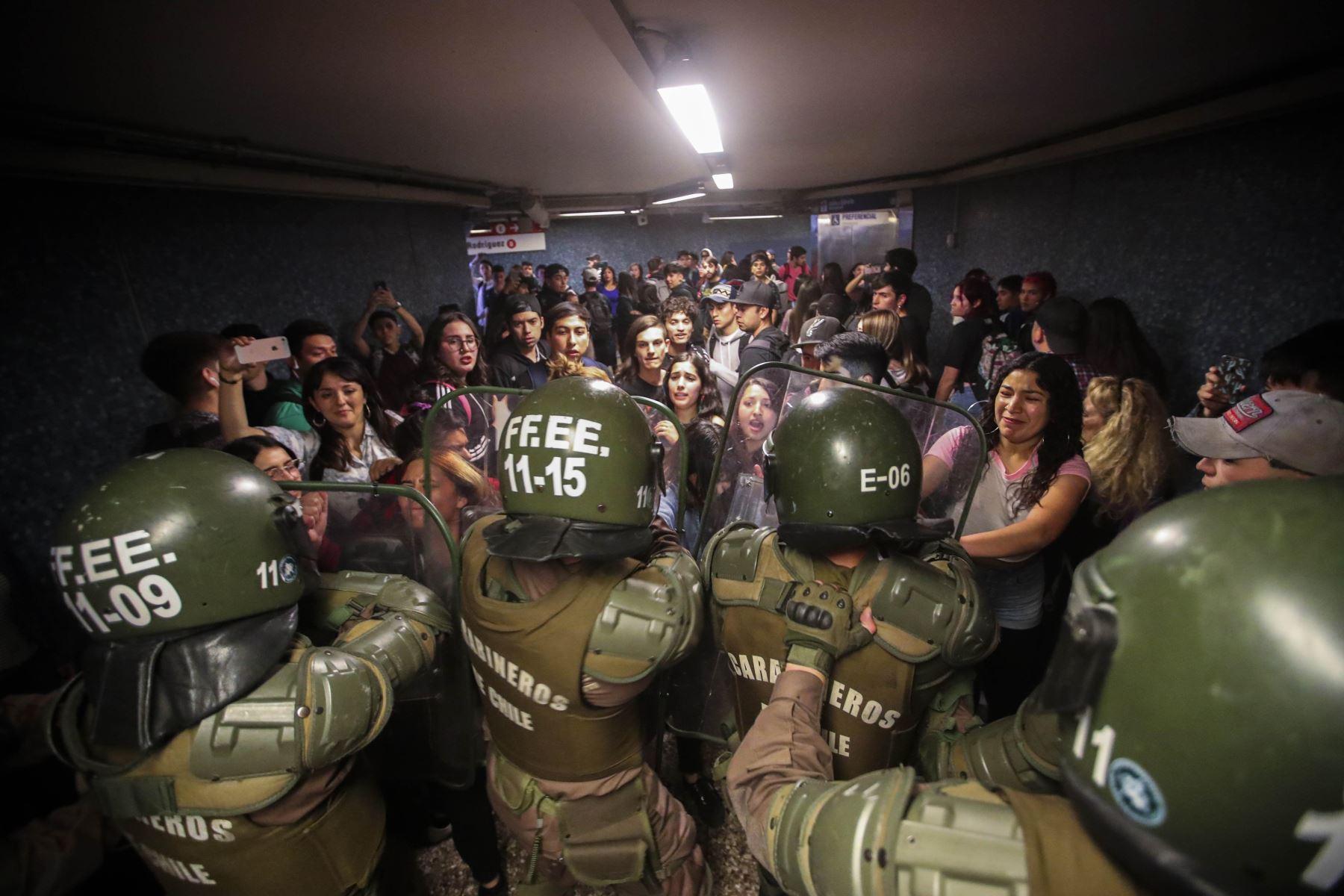 Estudiantes escolares y universitarios se unieron a una protesta masiva de evasión de tarifas en el metro de Santiago después de la tarifa más alta aumento en los últimos años, paralizando dos de sus líneas principales. Foto: EFE