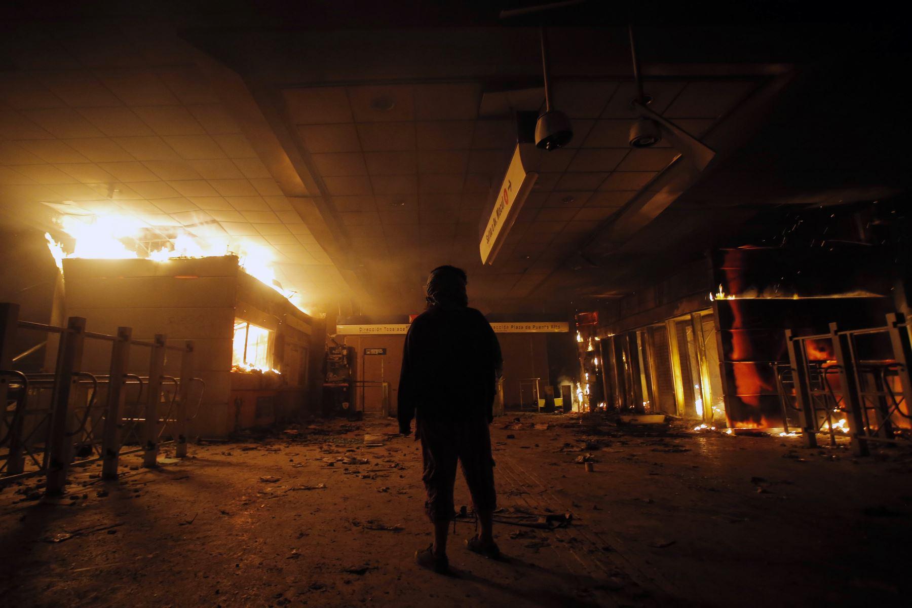 Vista de la estación de metro de Macul incendiada por los manifestantes durante una protesta masiva de evasión de tarifas en Santiago. AFP
