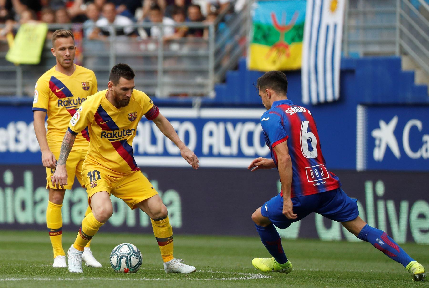El jugador del Eibar, Sergio Alvarez, disputa el balón con el delantero del Barcelona Lionel Messi en el partido correspondiente a la novena jornada de LaLiga Santander. Foto: EFE