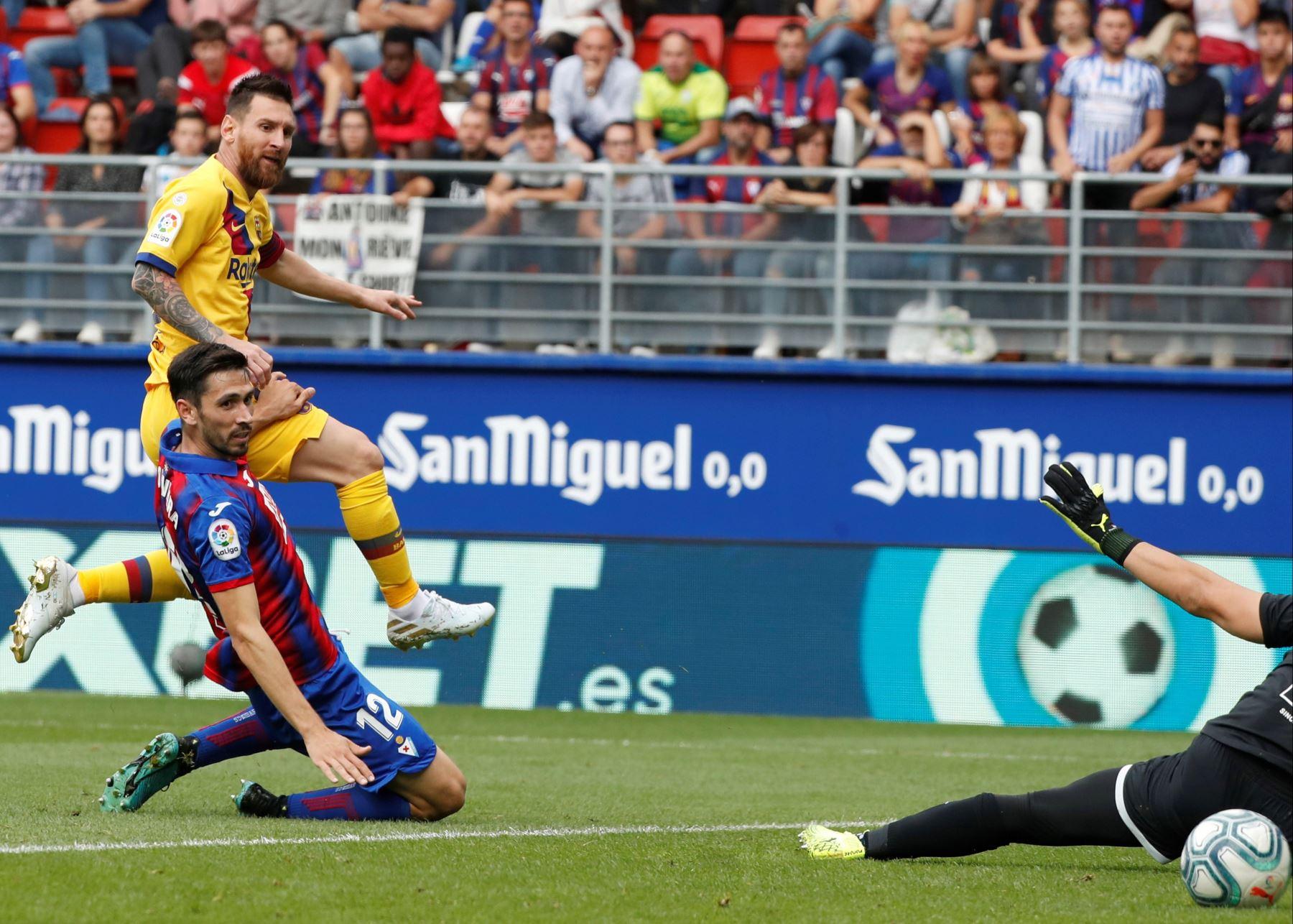 El astro argentino del Barcelona, Lionel Messi, convirtió el segundo tanto para su equipo en partido disputado contra Eibar por Liga Santander. Foto: EFE
