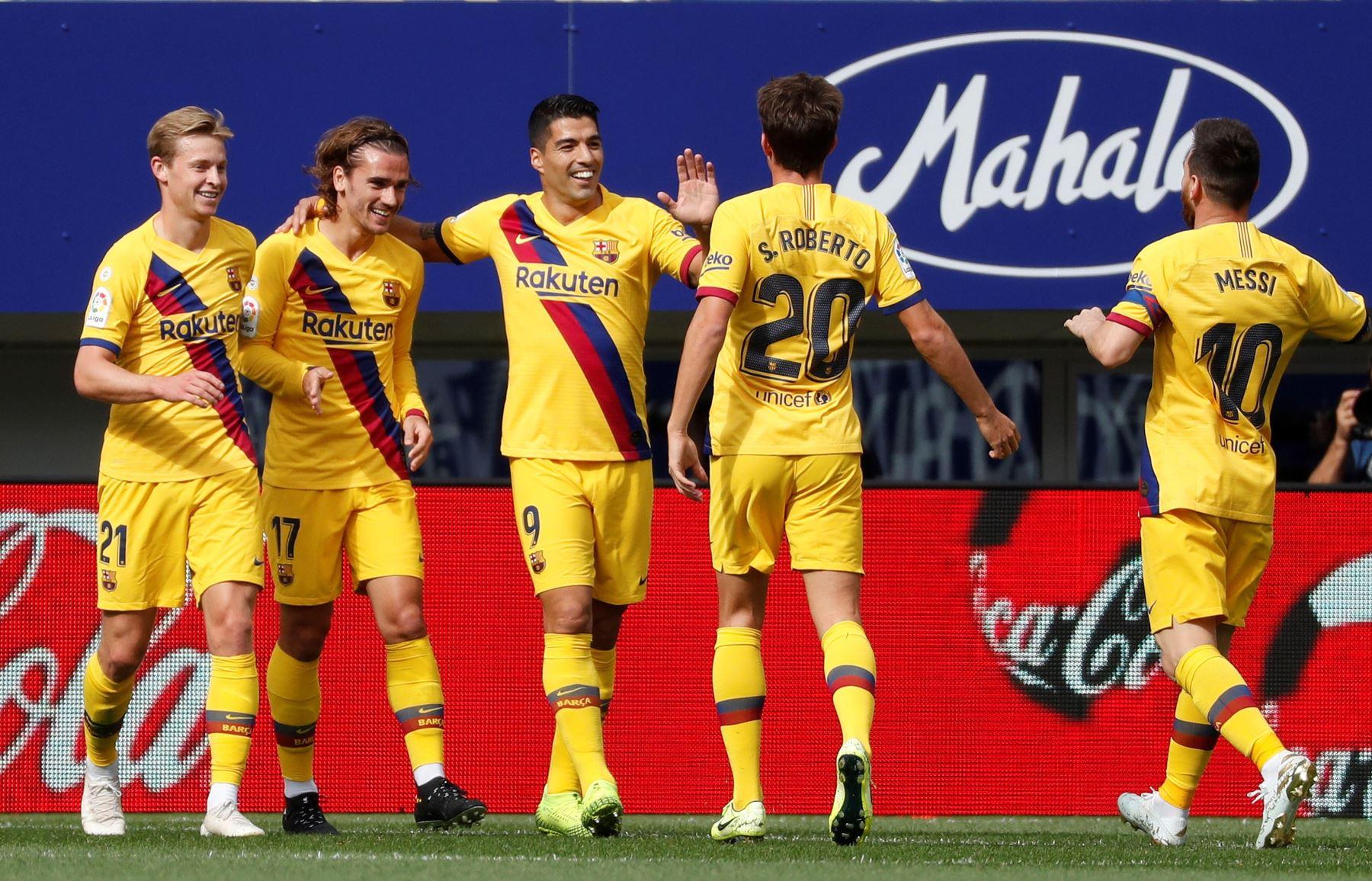 El delantero uruguayo del Barcelona, Luis Suárez, celebra tercer gol junto a su equipo en partido disputado contra Eibar por Liga Santander. Foto: EFE