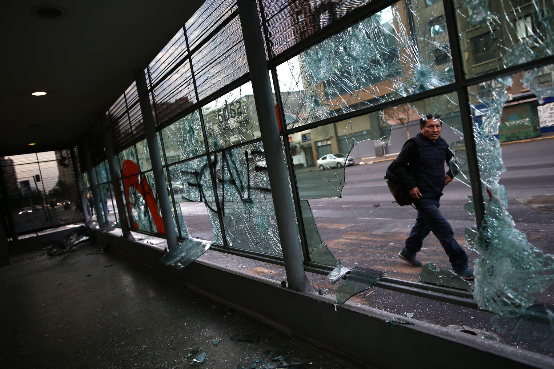 Así amaneció Chile tras protestas por alza de tarifa del Metro. Foto: AFP