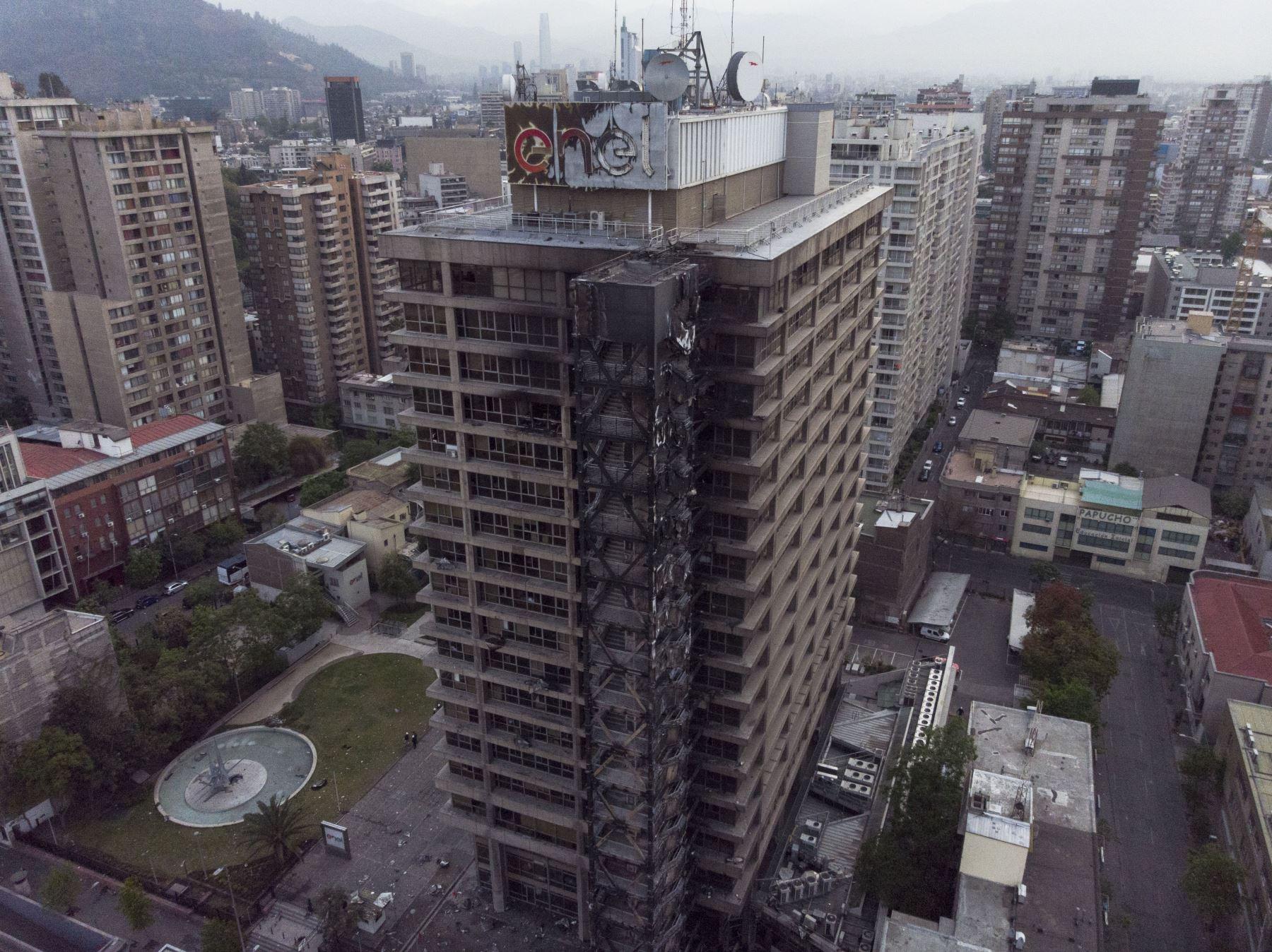 Enel Chile informó que un grupo de desconocidos atacó su edificio corporativo en Santiago, en medio de las protestas por alza de tarifa del Metro. Foto: AFP