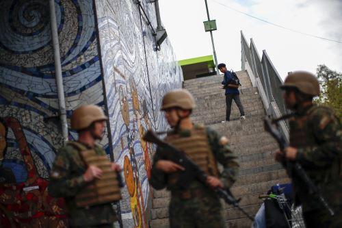 Fuerzas Armadas de Chile resguardan centro de Santiago tras protestas por aumento de tarifa del Metro