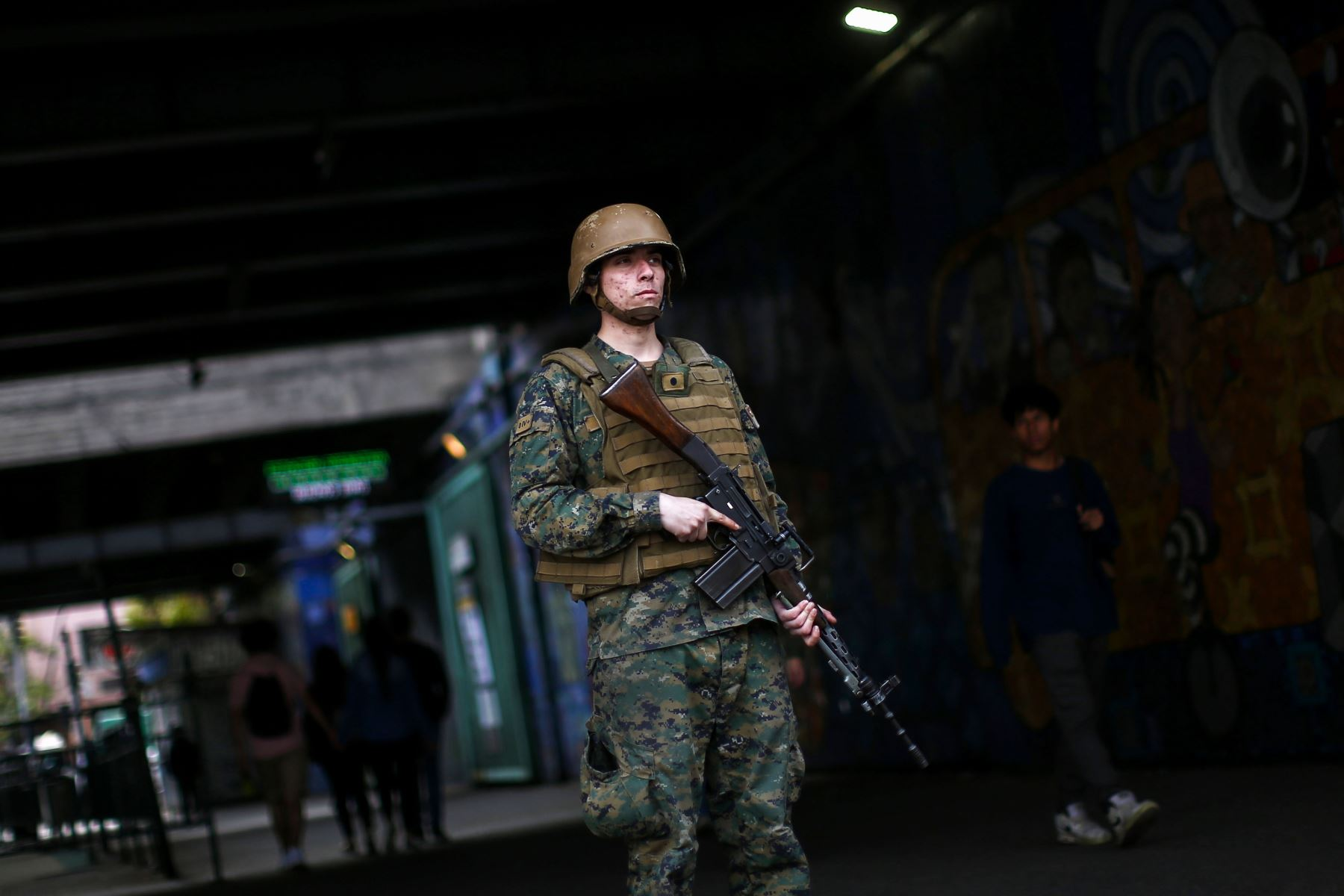 Soldados chilenos patrullan las calles de Santiago en las primeras horas del sábado después de una protesta masiva por alza de tarifas del Metro. Foto: AFP