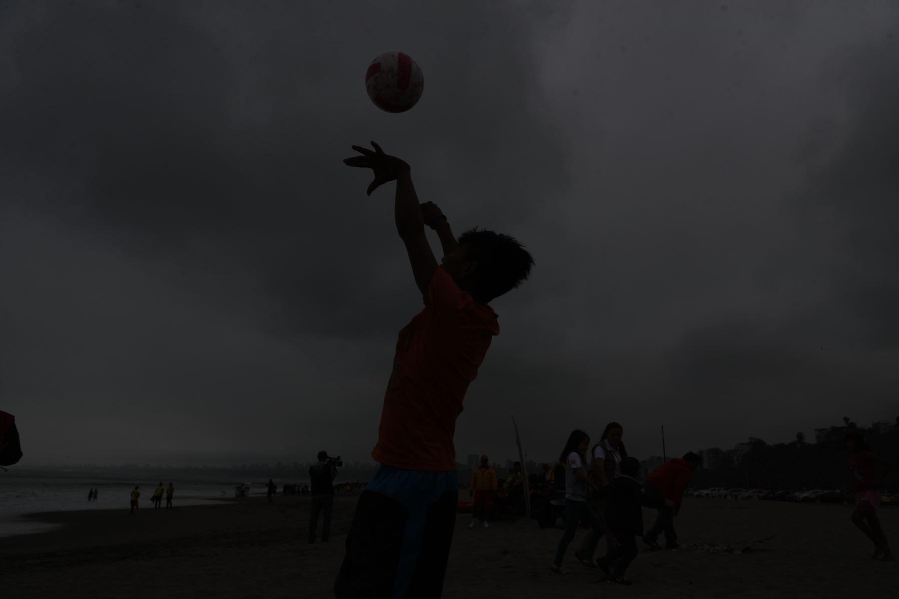 Un total de 160 escolares de 22 pueblos originarios del país disfrutaron del mar en playa Agua Dulce, en Chorrillos. Foto: ANDINA/Renato Pajuelo