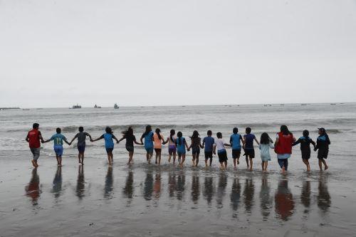 Niños de pueblos originarios conocieron el mar de playa Agua Dulce