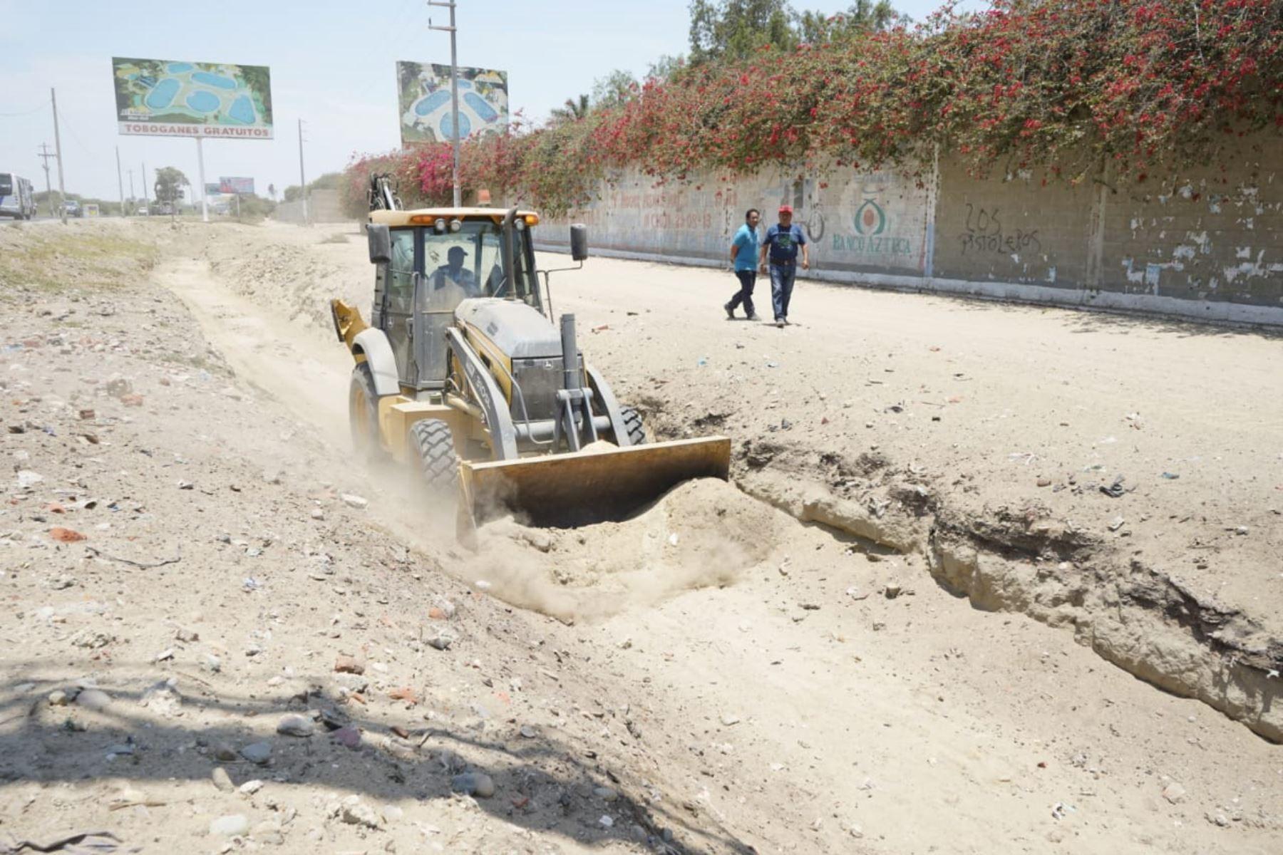 Ministerio de Vivienda, Construcción y Saneamiento pone a disposición de la región Piura maquinaria pesada para limpiar cauces de manera preventiva.