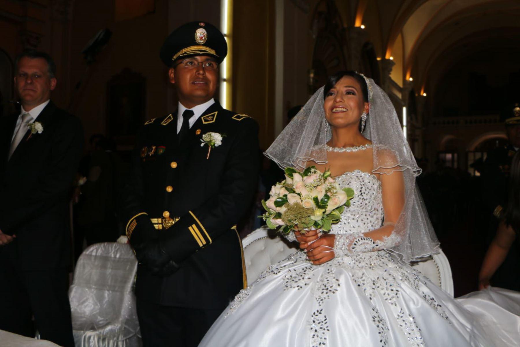 La destacada atleta Santa Inés Melchor Huiza contrajo matrimonio religioso hoy en el templo matriz de la ciudad capital de la región Junín con el amor de su vida, el teniente de la Policía Nacional del Perú (PNP), Raúl Martín Guzmán Roca.