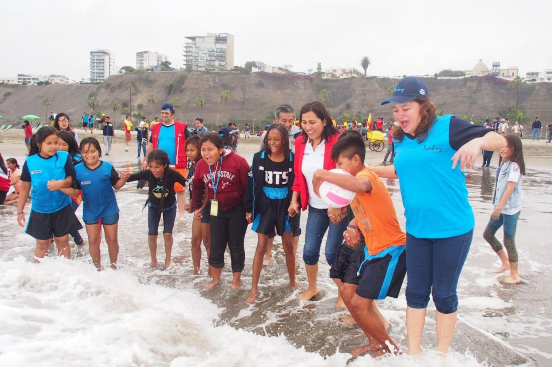 La ministra acompañó a los escolares de pueblos originarios y afroperuanos que participan en el Tinkuy 2019 a conocer el mar.