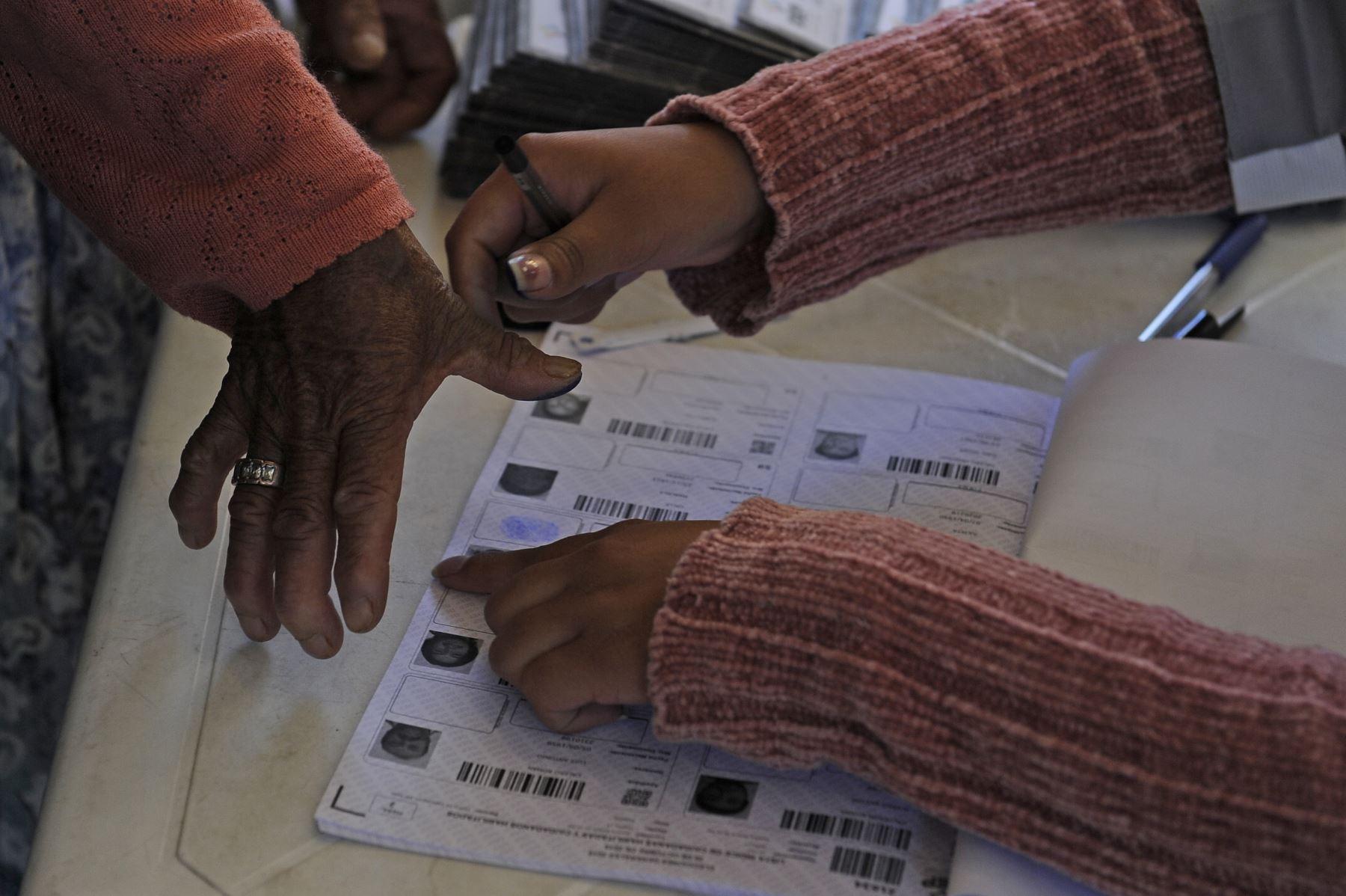 Bolivianos emiten su voto para elecciones presidenciales en su país. Foto: AFP