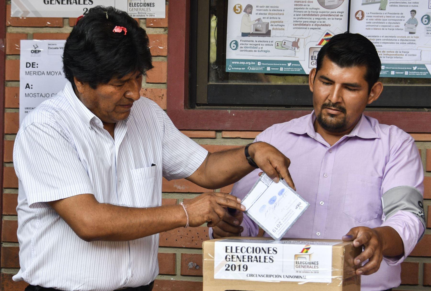 El presidente y candidato presidencial, Evo Morales, emite su voto durante las elecciones de Bolivia.  Foto: AFP