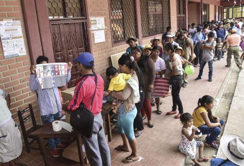 Bolivianos emiten su voto para elegir nuevo Presidente