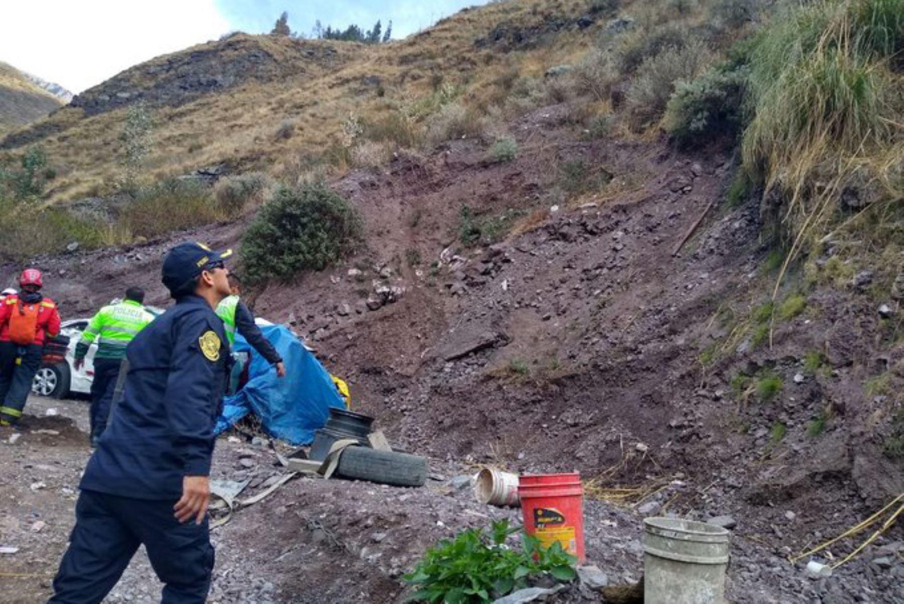 Policías y bomberos participan en las labores de rescate tras accidente registrado en el kilómetro 103 de la carretera Central, en Huarochirí.