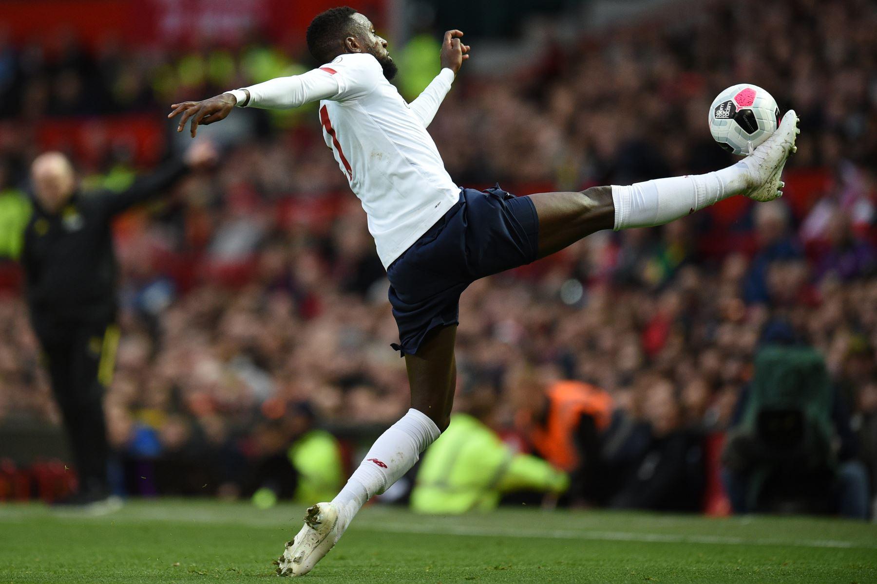 El delantero belga de Liverpool, Divock Origi, controla el balón durante el encuentro contra Liverpool por Premier League. Foto: AFP