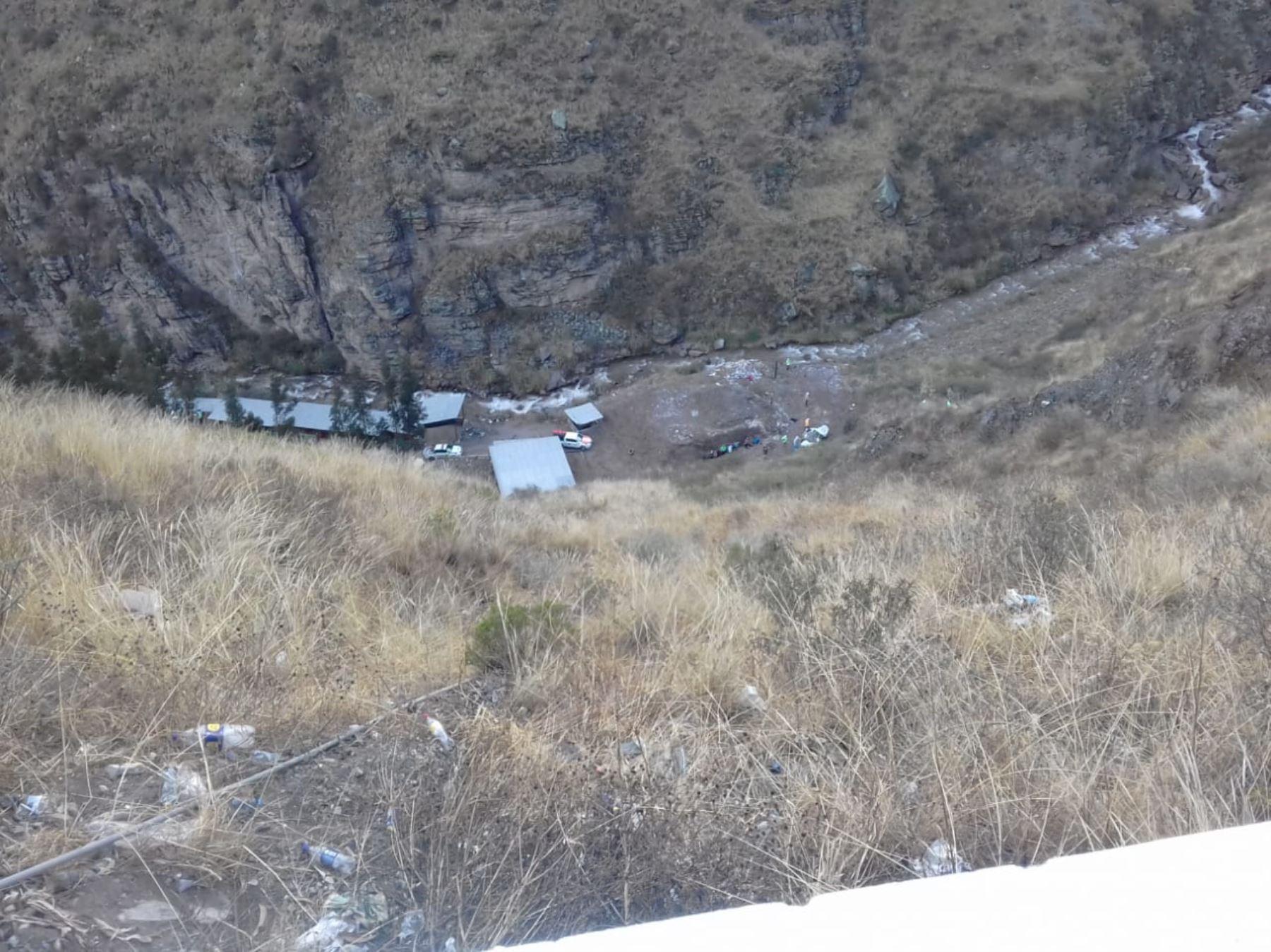 Esta madrugada, un vehículo con escolares se despistó y cayó a un abismo en el kilómetro 103 de la carretera Central en Chicla, provincia de Huarochirí. Foto: Difusión